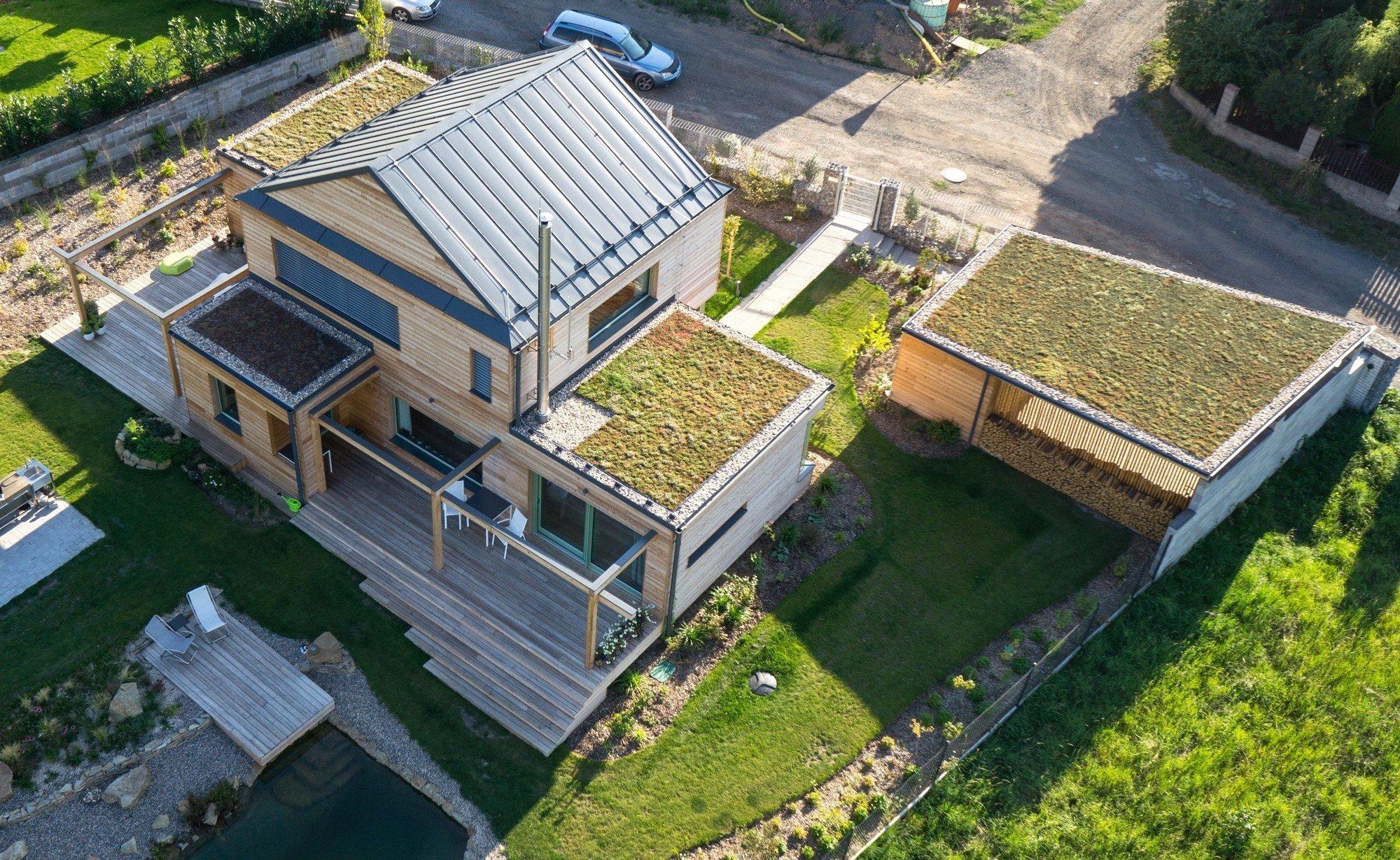Manželský pár snil o klidném bydlení nedaleko Prahy. A proto si postavil dřevostavbu, jejíž plochá střecha je osázena extenzivní nenáročnou zelení, která není jen hezká na pohled, ale zejména praktická.