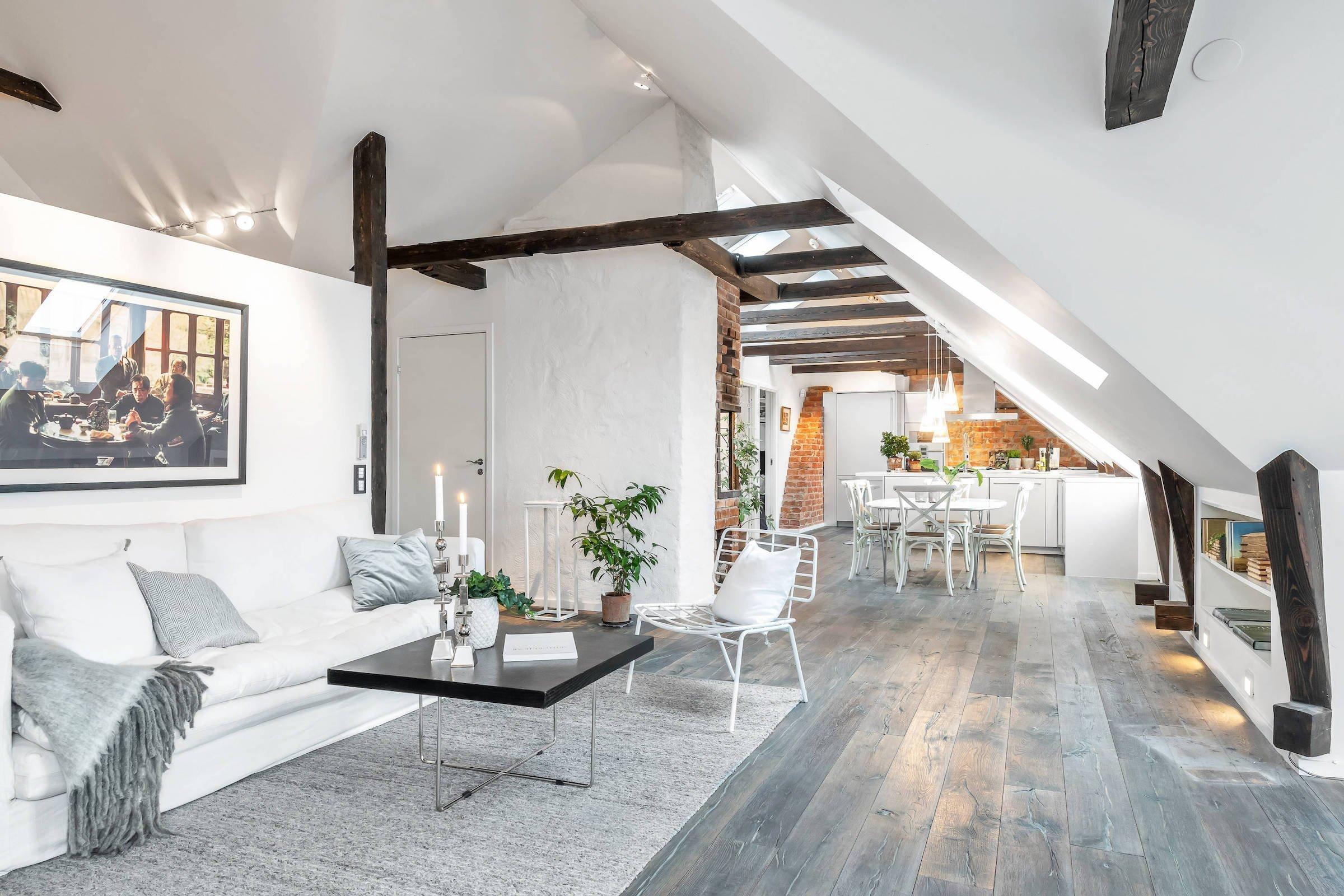 Krásné světlé podkroví se slunnou terasou orientovanou na jih se nachází v samém srdci Švédska, ve Stockholmu. Kromě převahy čistě bílé barvy a velkorysého prostoru zaujmou návštěvníky tohoto podkrovního bytu především zachované původní prvky, mezi které patří trámové stropy, cihlové zdi a krb.