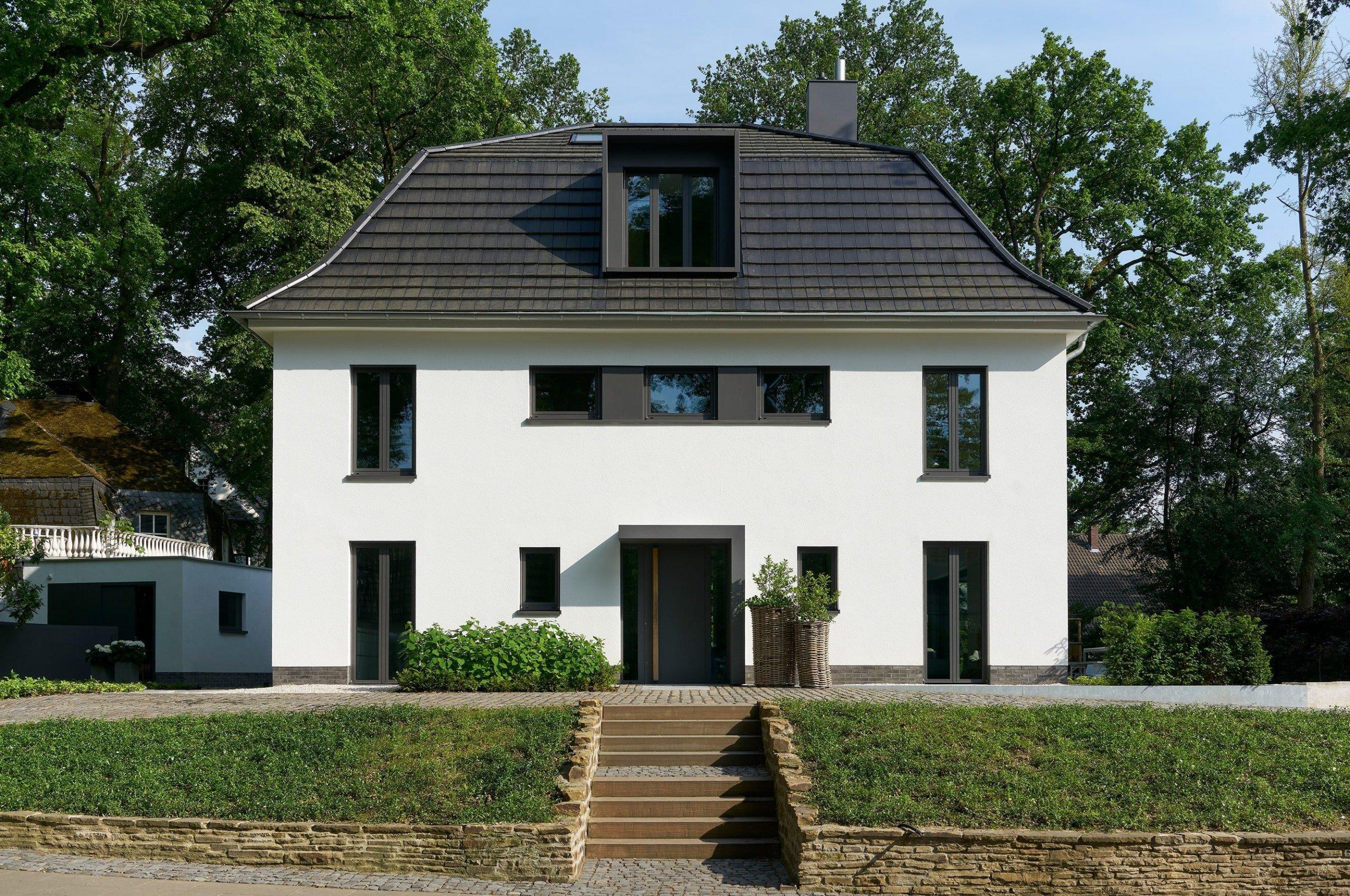Nedaleko Kolína nad Rýnem se nachází dům, který dostal druhou šanci. Architektku Eriku Werresovou zaujal na první pohled – upustila od nápadu na novostavbu a vrhla se do rekonstrukce. Sama sobě se tak stala klientkou. Proměna domu doslova od podlahy byla náročnější, než se mohlo zdát. Ze starého zdevastovaného domu v Bergisch Gladbachu se však nakonec jako zázrakem vylouplo krásné a moderní bydlení, které si nezadá s novostavbou.