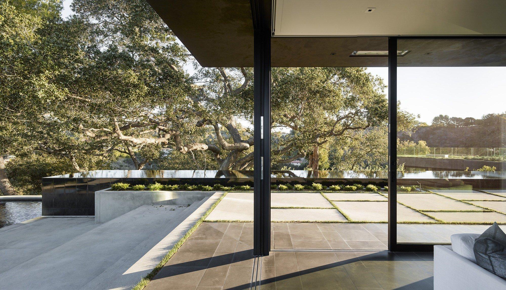 Uprostřed starého dubového háje, na vrcholu kaňonu a vysoko nad rušným městem Beverly Hills, najdete dům, který se vší silou zakusuje do skalnatého svahu. Jak se spí v podzemních ložnicích?