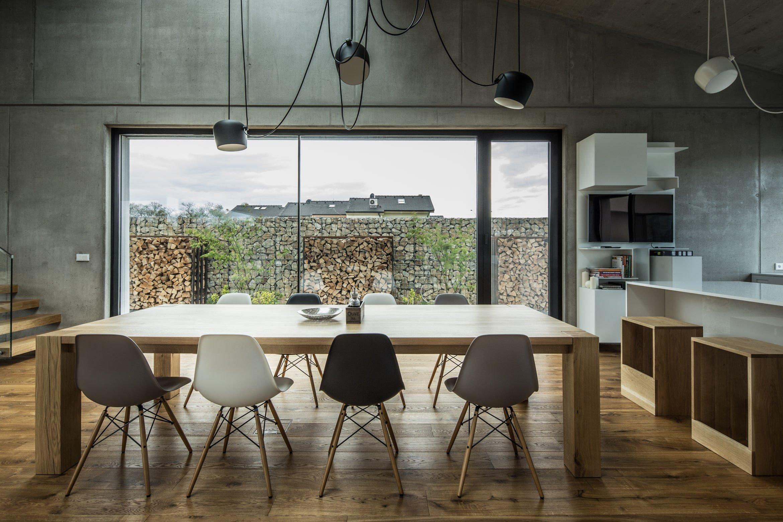 Čtyřčlenná rodina toužila po místě, kde bude radost bydlet. A to dalo vzniku tomuto nenápadnému a elegantnímu domu v bratislavských Rusovcích z rukou architektonického studia plusminusarchitects. A jak to už bývá, majitelé jsou s konečným výsledkem nadmíru spokojeni. A vy? Líbí se vám interiér, kde velkou roli hraje zejména beton?