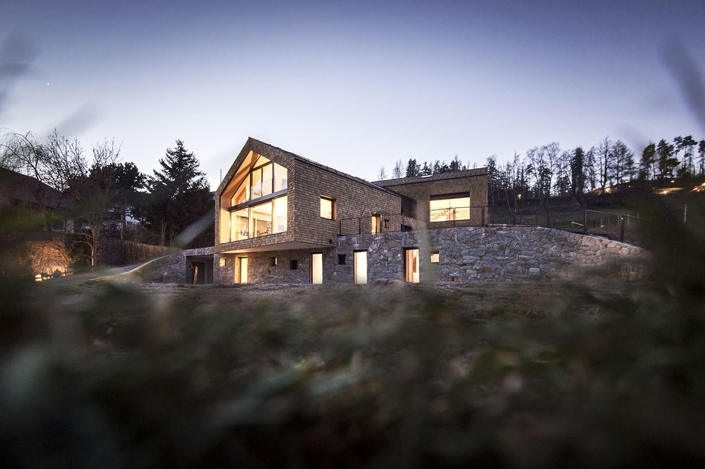"""Soukromá vila výstižně pojmenovaná  """"am Steinbruch"""" neboli """"v lomu"""" nacházející se v místě bývalého lomu na kraji obce Oberbozen/Soprabolzano v jižním Tyrolsku nabízí díky své poloze úžasný výhled na horské panorama Dolomit."""