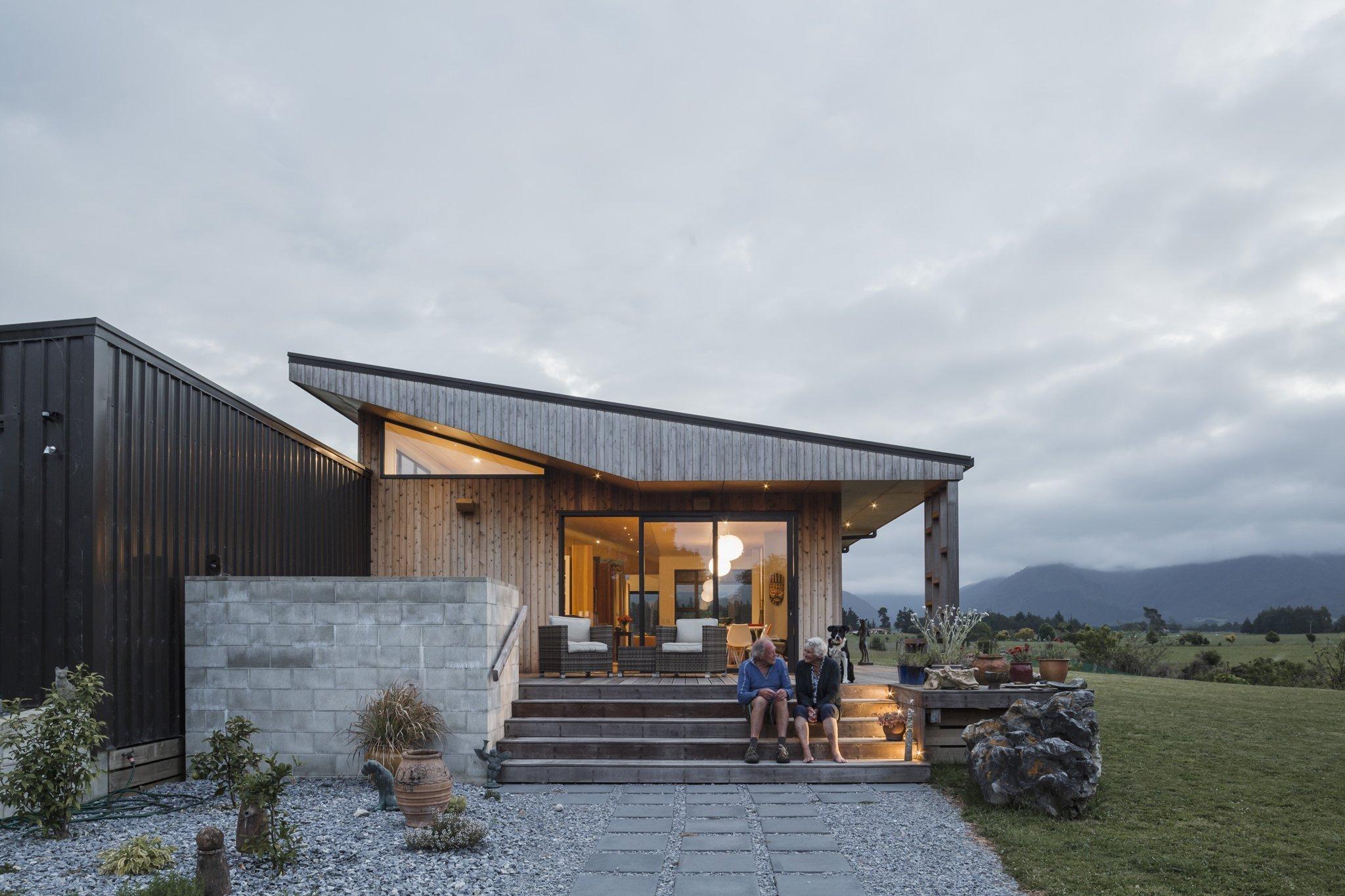 """Přízemní stavba nacházející se v Takaka Town District na Novém Zélandu, jenž je dílem architektů z Arthouse Architects, množstvím rozlehlých venkovních verand odkazuje na místní tradiční usedlosti s """"ovinutými"""" verandami a palubami."""