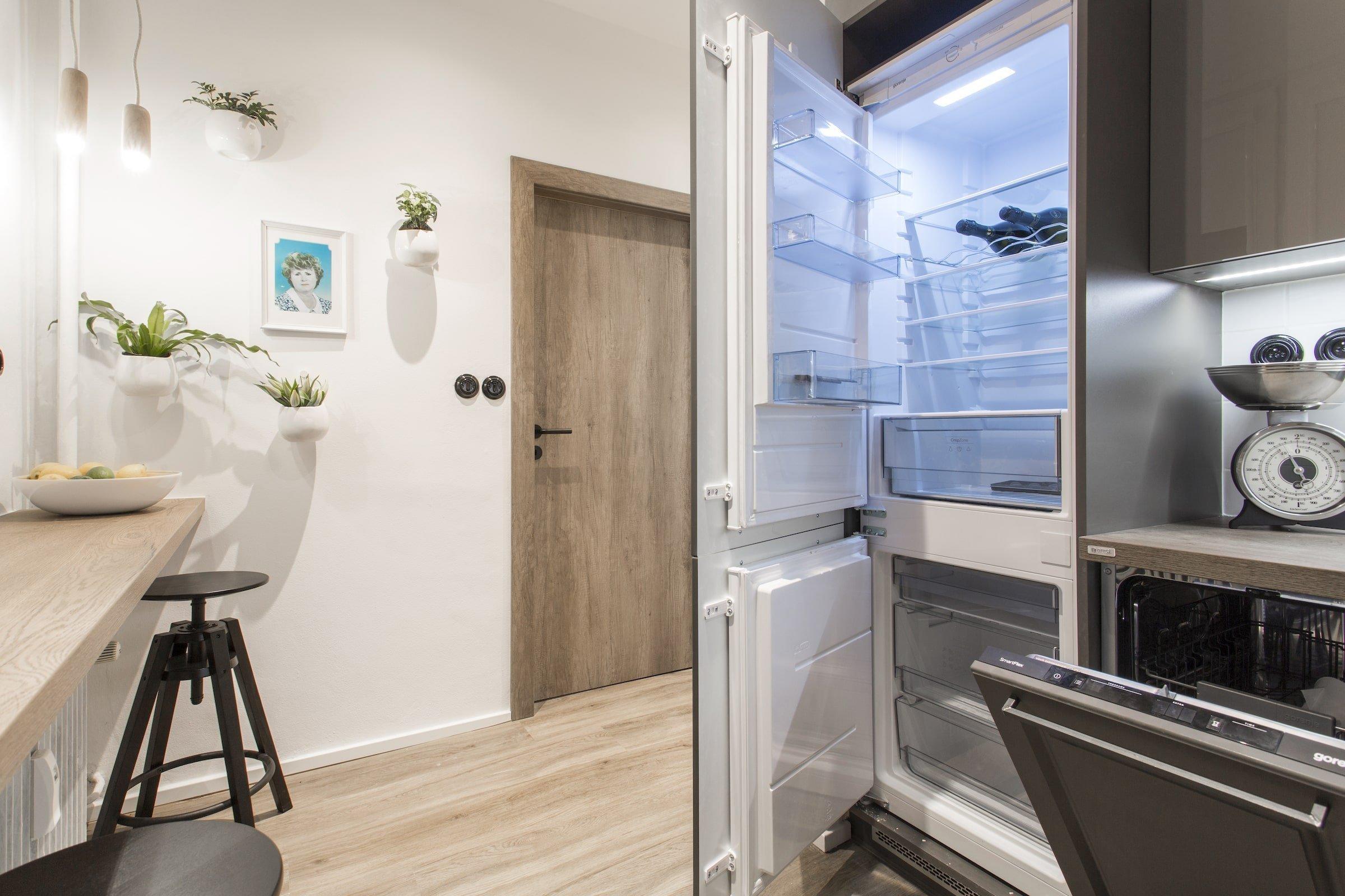 V dnešní proměně se pod taktovkou designérů Martiny Pištělákové a Jana Beka podíváme na to, jak může ve starém panelovém bytě vzniknout zbrusu nová kuchyně, koupelna a toaleta. A navíc budeme i svědky toho, jak důležitá je vzájemná láska při boji se zákeřnou nemocí.