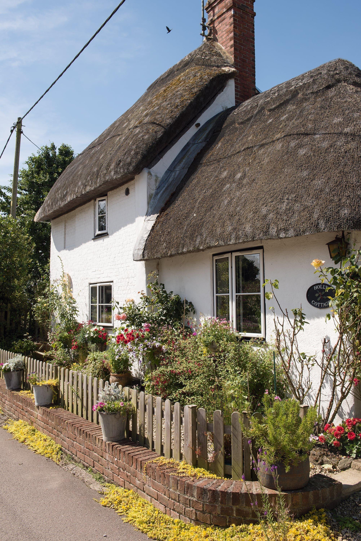 Malebná chalupa s doškovou střechou stojící v klidné vesnici učarovala páru budoucích majitelů. Stavení ukrytému za plotem nechybí nic z prvků typických pro venkovské chalupy v anglickém stylu - od podlahy pokryté tradiční dlažbou až po nízké stropy s rustikálními trámy. Celek je neskutečně autentický a provoněný krásou starých časů. V interiéru i v zahradě hraje velkou roli každý sebemenší detail.