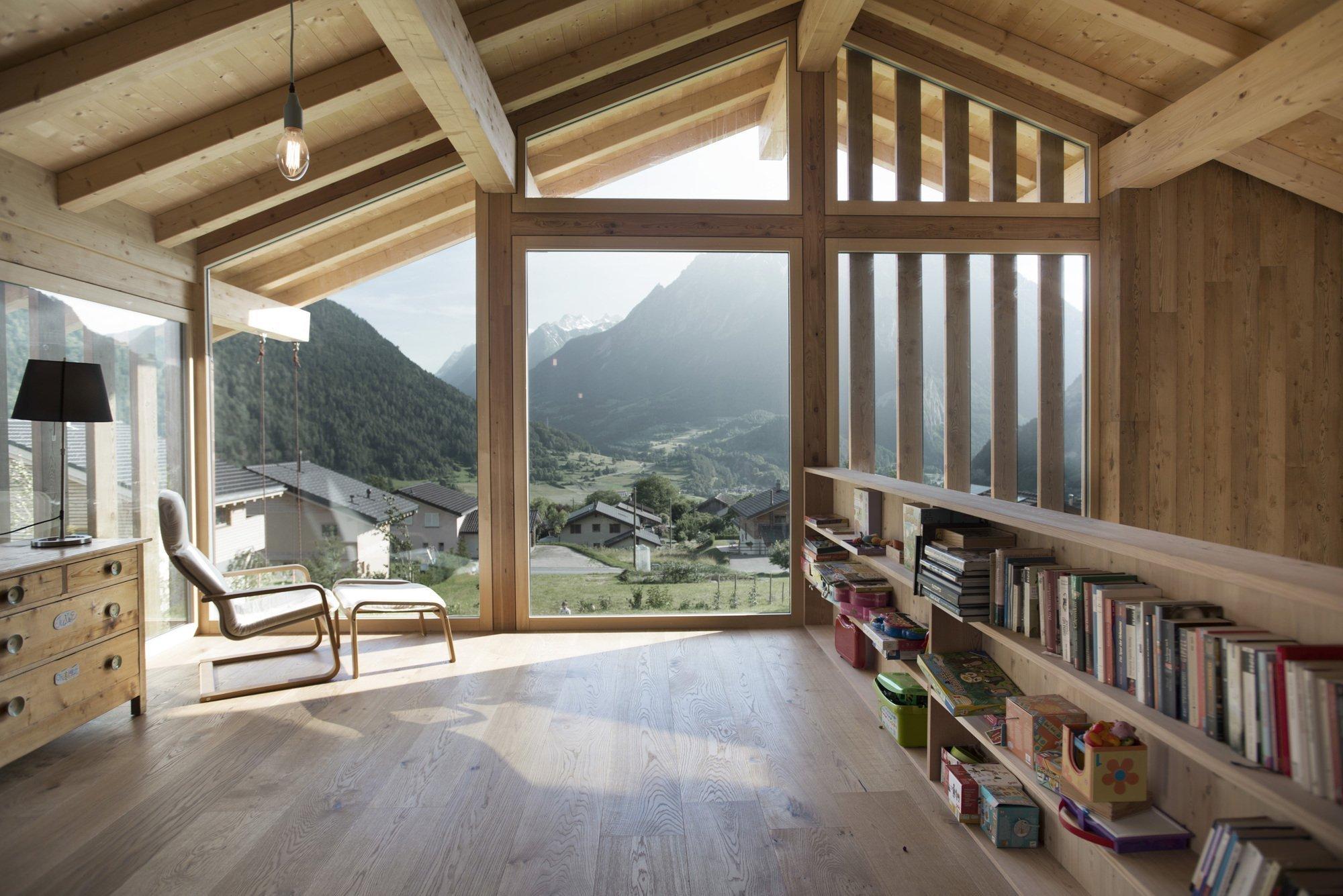 Velice přitažlivým ztělesněním moderní architektury je chata s úchvatným výhledem na švýcarské hory. Ve Vollèges, obci frankofonní části Švýcarska, totiž pod taktovkou architekta Romaina Pellissiera ze společnosti Alp'Architecture Sàrl vzniklo nadčasové bydlení plné tepla, slunce i inspirace.