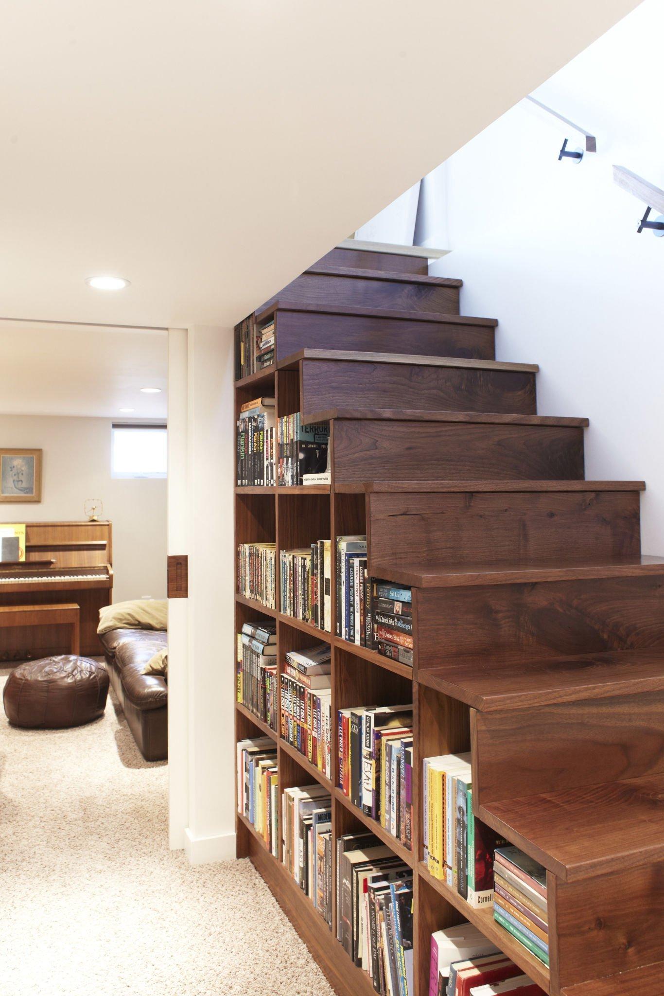 Knihovnu můžete umístit na bok schodů nebo přímo do podstupňů.