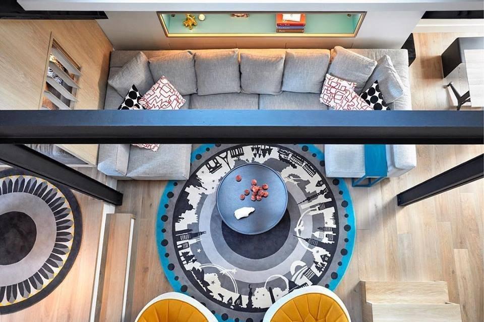 Mezonetové bydlení je velmi oblíbené. A protože máme rádi vše zajímavé, našli jsme pro vás tento barevný mezonetový byt z rukou architektonické kanceláře AM / MOR Architecture, který vznikl v jednom z bývalých farních domů na Manhattanu. Také vás zaujal?