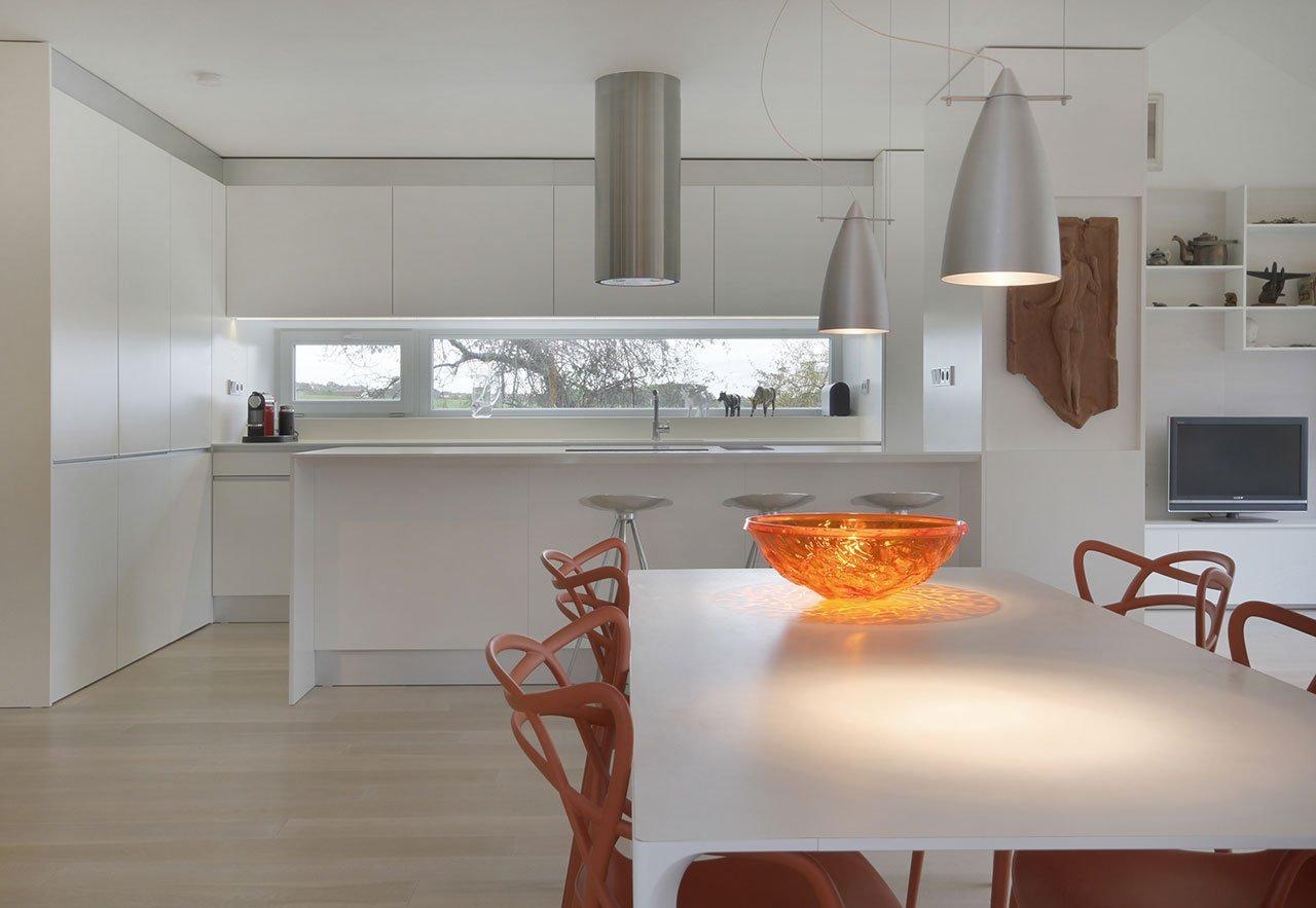 Kontrast barev i materiálů. Neobvyklé tvary, ale také propojenost celého objektu. Nejen těmito prvky se vyznačuje tento krásný rodinný dům v jedné české obci. Čím dalším nás může zaujmout?