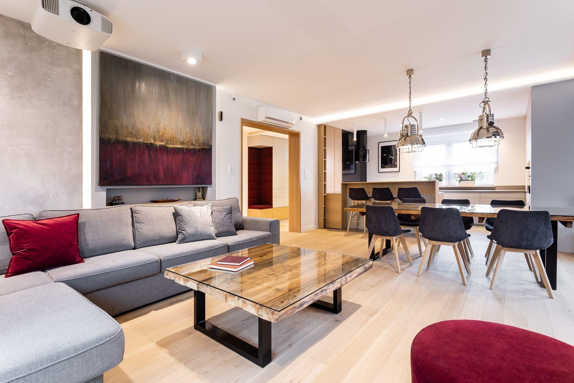 Půvabný interiér v retro stylu najdeme v jednom z bytů v Poznani. Jeho realizace se stala výzvou pro mladé, nadějné a kreativní architekty z polské architektonické společnosti Studio Projektowe Motiv. Elegantní interiér s příjemnými přechody barev a rozmanitostí materiálů vykazuje čilou osobitost a styl.