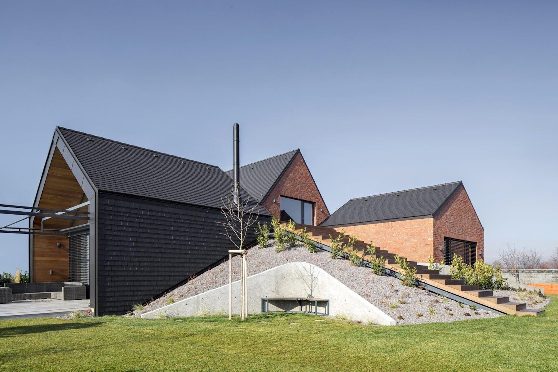 Dům složený ze čtyř celků