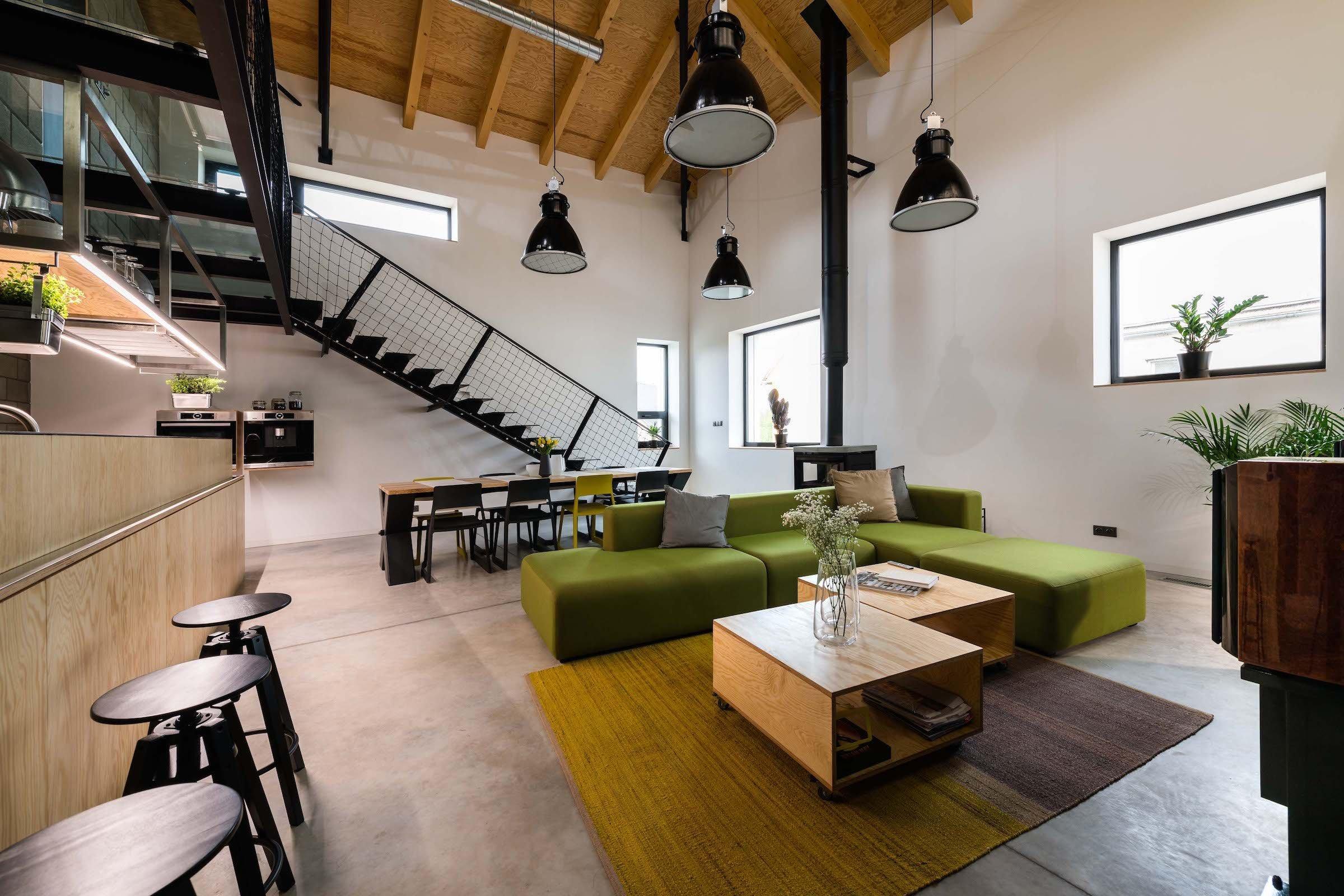 """Tento dům pocházející ze 70. let si prošel velkou rekonstrukcí.  A to natolik rozsáhlou, že původní zůstaly pouze obvodové zdi. Do prostoru byla vložena nová dispozice """"loftového typu"""". Vznikl tak interiér s neobvyklou světlou výškou a přiznanými konstrukcemi schodiště a galerie. Architekti ze slovenského ateliéru H2A přestavěli nenápadný rodinný dům ze 70. let na moderní minimalistické bydlení pro mladou rodinu."""