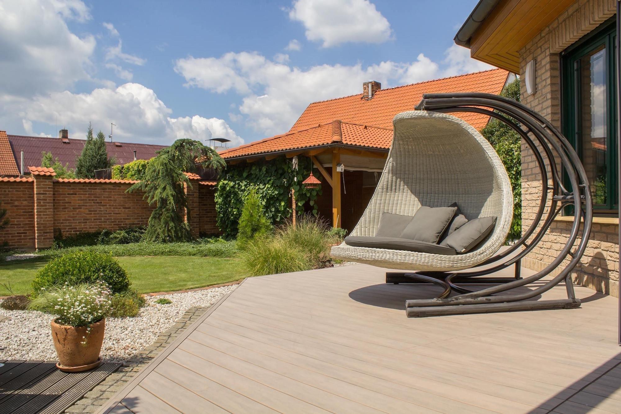 Konečně k nám dorazily slunečné dny a s nimi i čas strávený prací na zahradě nebo odpočinkem na terase. Každý tak po náročném dni jistě ocení relax na terase, která se bez naší péče obejde. Jako skvělá volba se tak jeví bezúdržbová terasa z dřevoplastu, která nám může nabídnout ještě celou řadu pozitivních vlastností.