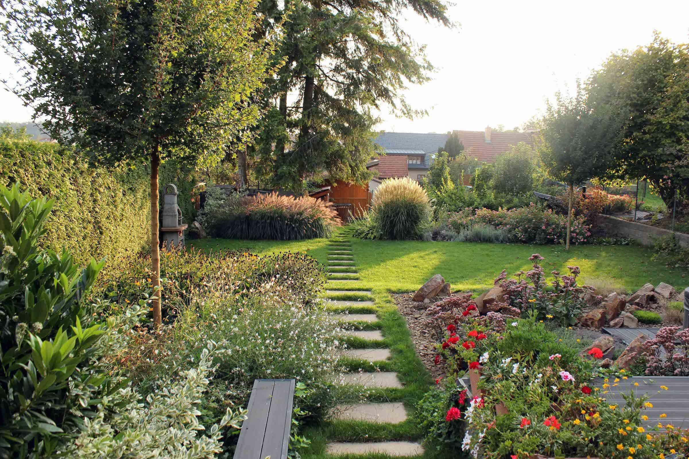 Dechberoucí zahrada může vzniknout i na docela malém kousku plochy. Stačí si určit priority a pak si na papír nakreslit minizahrádku vašich snů se vším, bez čeho se nelze obejít. Rázem pak i na malém prostoru vytvoříte kouzelné posezení uprostřed záplavy květů a třeba i s několika užitkovými záhonky poblíž.