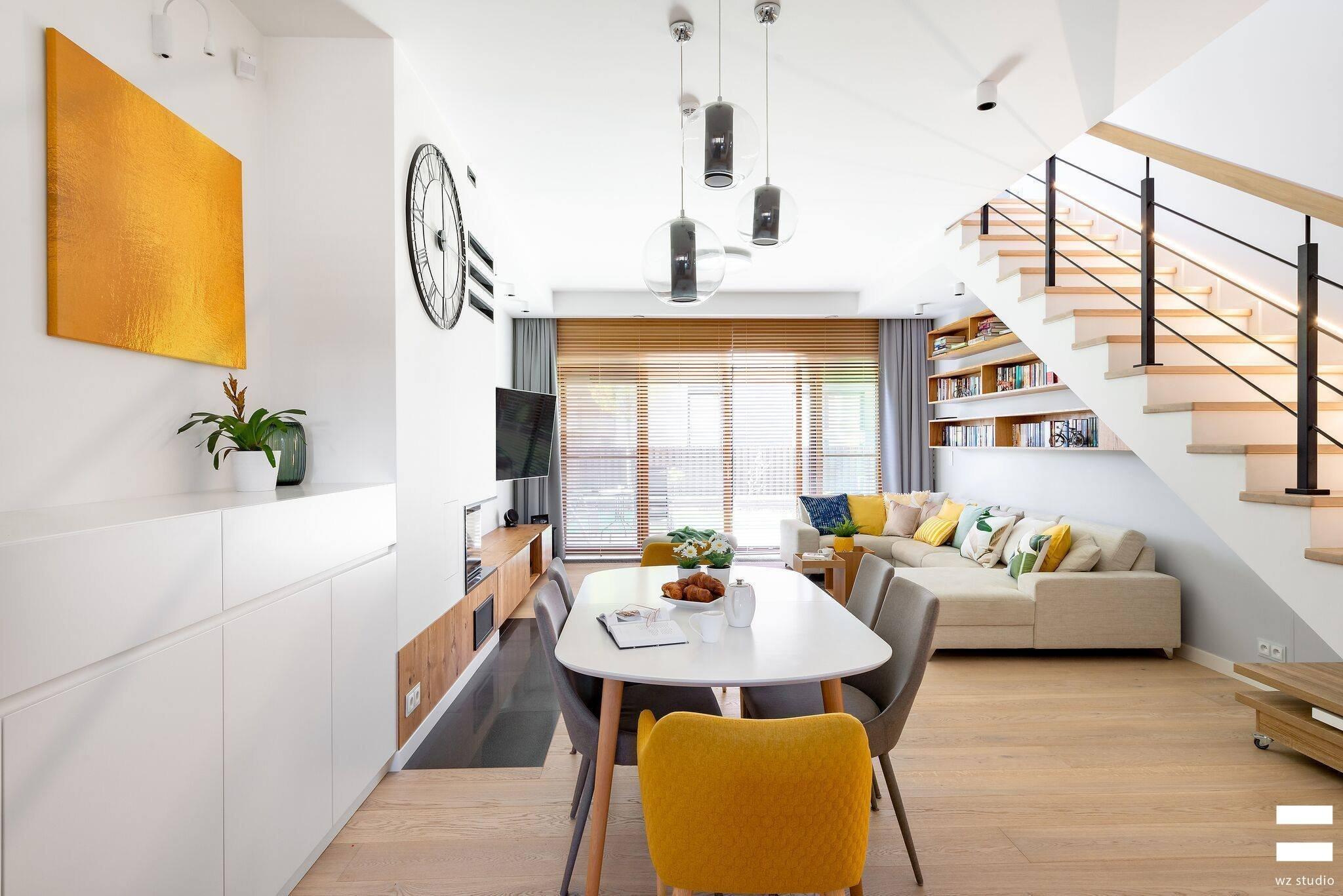 Pro toho, kdo miluje světlé a vzdušné prostory oživené akcenty svěžích barev, je tady inspirace v podobě minimalisticky zařízeného interiéru domu ve Varšavě. Zdá se, že je v něm obsaženo jen to nejnutnější, přesto však působí neskutečně útulně a vesele.