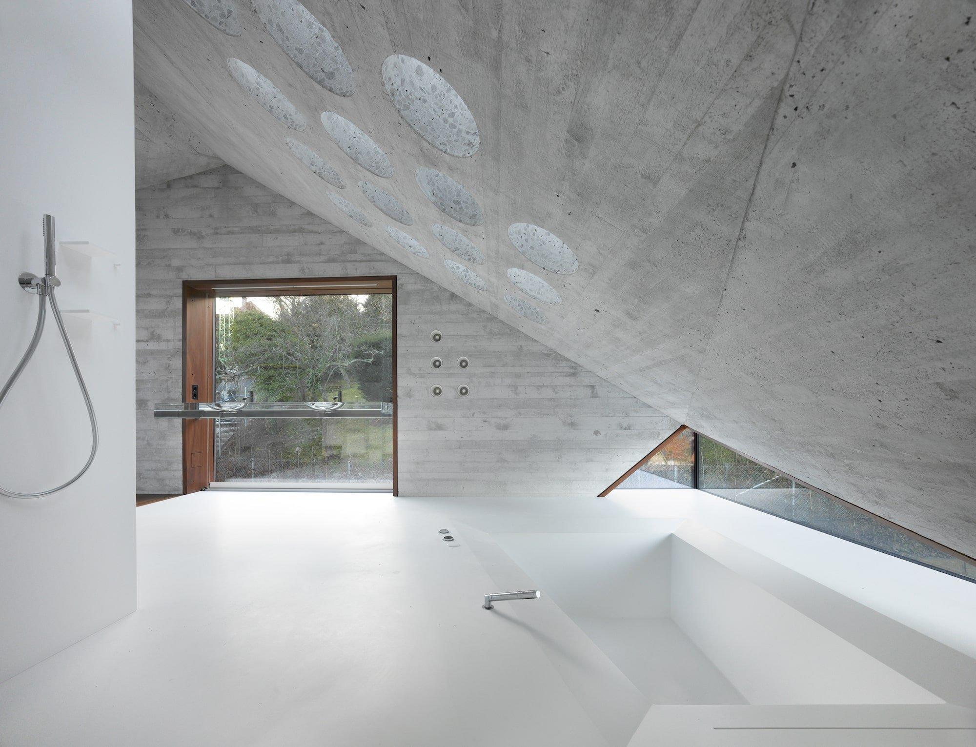 Tento dům stojící v německém Stuttgartu je dokonalou odpovědí na otázku, jak by mohlo vypadat ekologické bydlení současnosti. Dům si hraje zejména s kombinací skla a betonu, velké zastoupení tu mají však i recyklované materiály. Čím dalším je tento dům zajímavý?