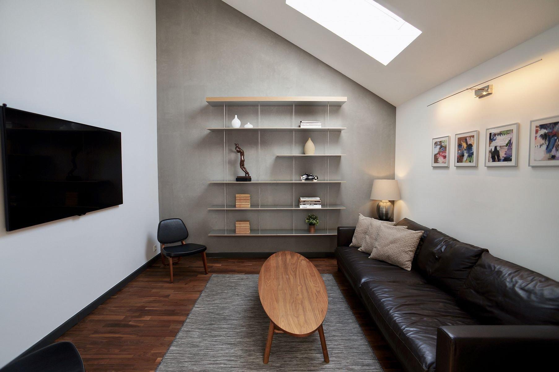 Interiér bytu na pražských Vinohradech je důkazem, že i české bydlení může vypadat světově. Tento byt nacházející se na dvou nejvyšších podlažích činžovního domu se dvěma terasami vás o tom přesvědčí.