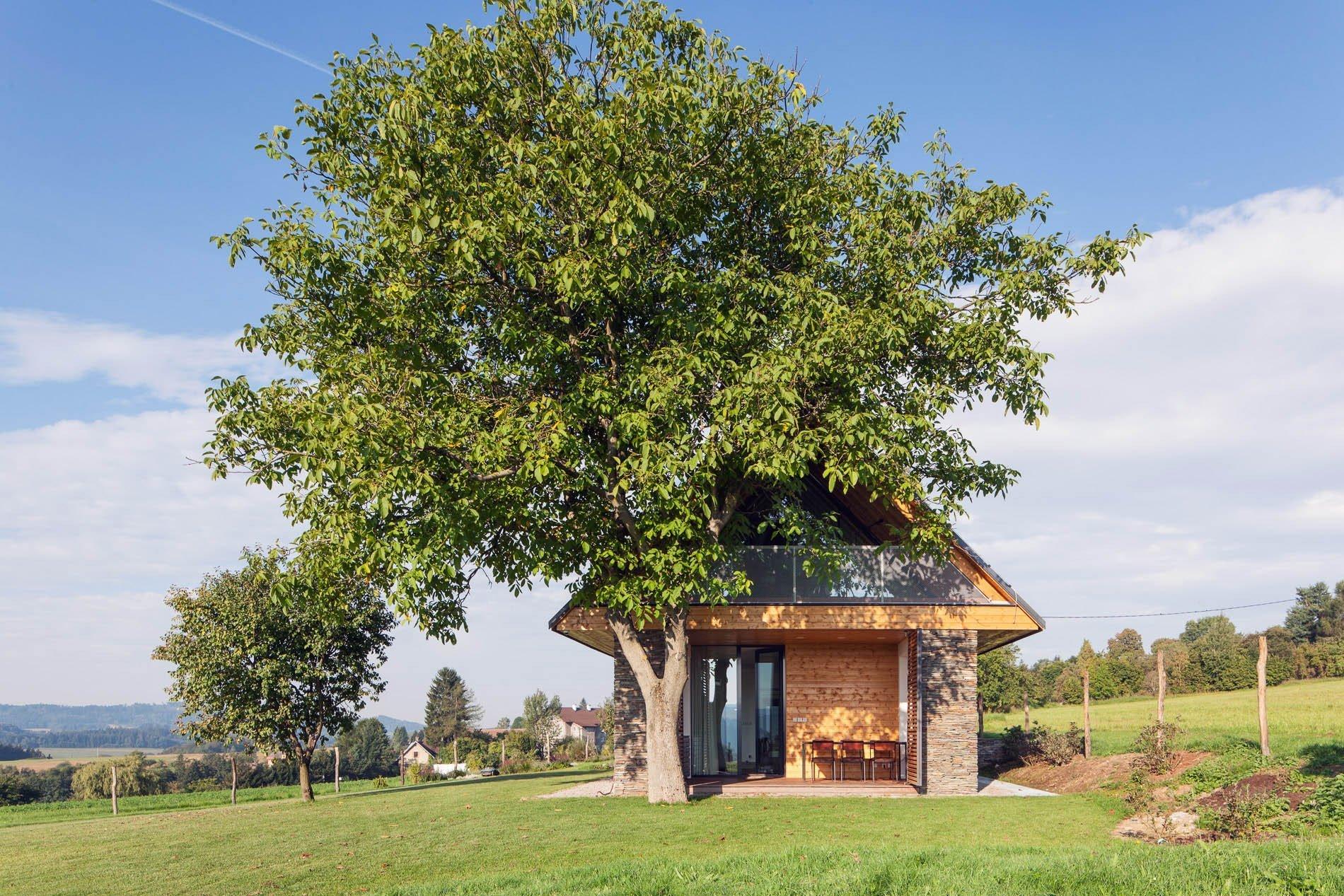 Bydlení podobající se stodole je v současnosti jedním z nejvyhledávanějších typů bydlení – obzvláště ve chvíli, kdy bydlíte v blízkosti přírody. Kromě rekonstrukcí původních stodol jde však i o stavby nových budov obdobného charakteru. Ukázkovým případem je i tento dům v Železném Brodě.