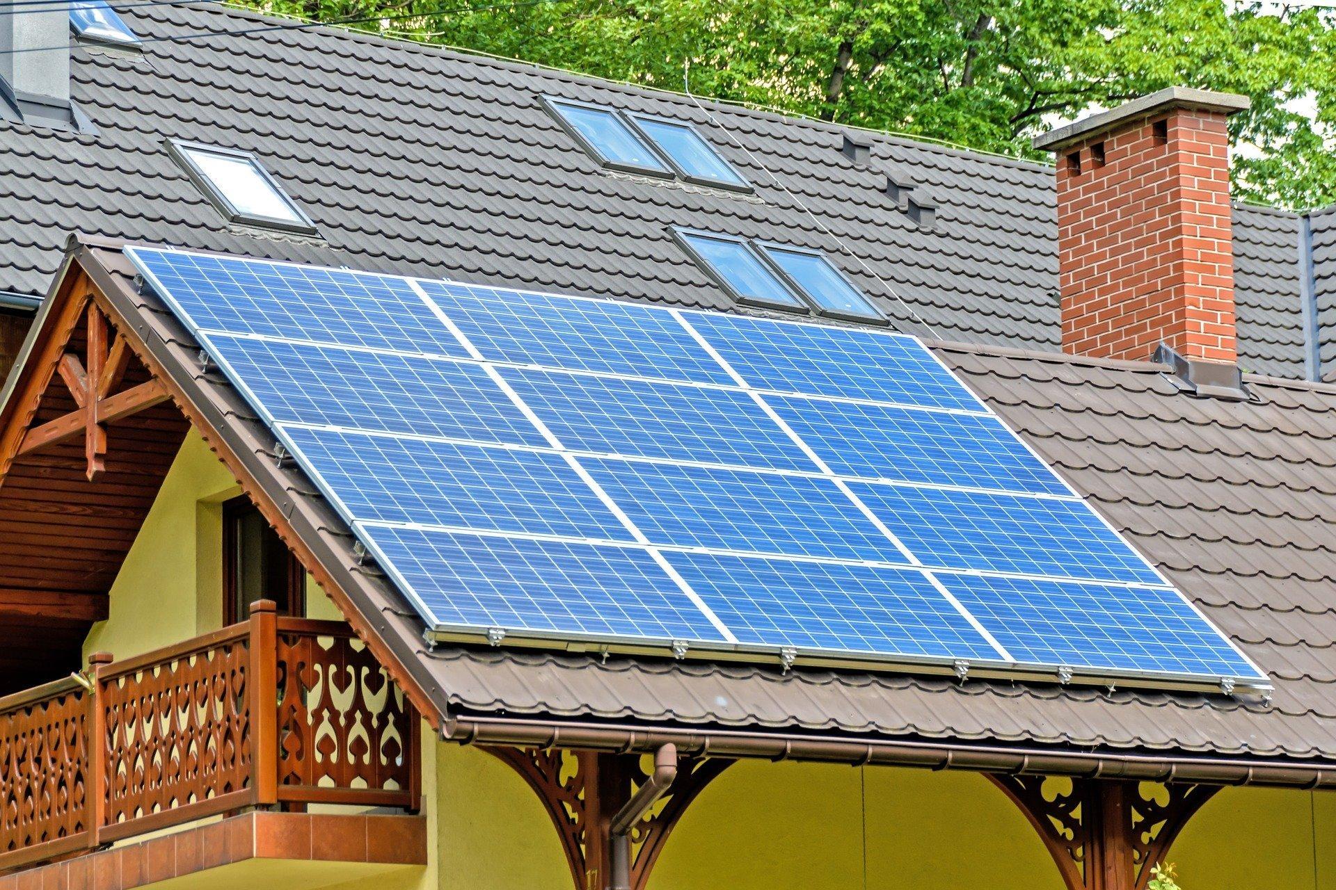 Přemýšleli jste někdy o tom, že byste si na střeše svého domu udělali vlastní solární elektrárnu? V tom případě je právě teď ten ideální čas. Dotační program Nová zelená úsporám začíná nově podporovat i větší solární elektrárny, přičemž můžete o tento příspěvek zažádat i v případě, kdy ve své domácnosti již solární elektrárnu máte, ale chcete ji rozšířit. Částka, kterou dostanete, se může dostat až na 155 tisíc korun.