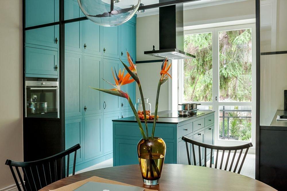 Monolit v kuchyni poskytuje obrovské úložné prostory.
