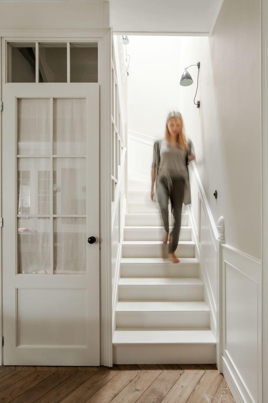Vlveo od schodiště je praktická komora.