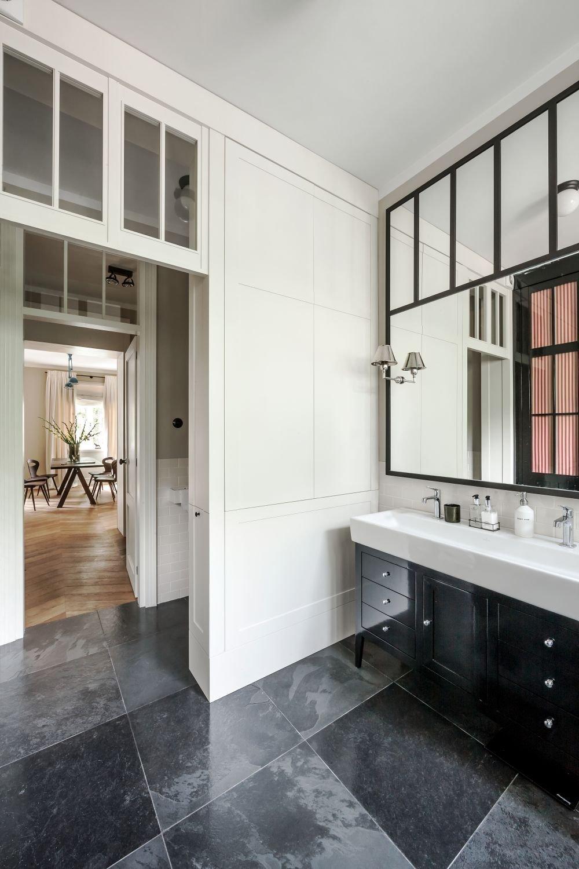 V koupeně je dlažba v mramoru, v jiných místnostech dřevěná podlaha.