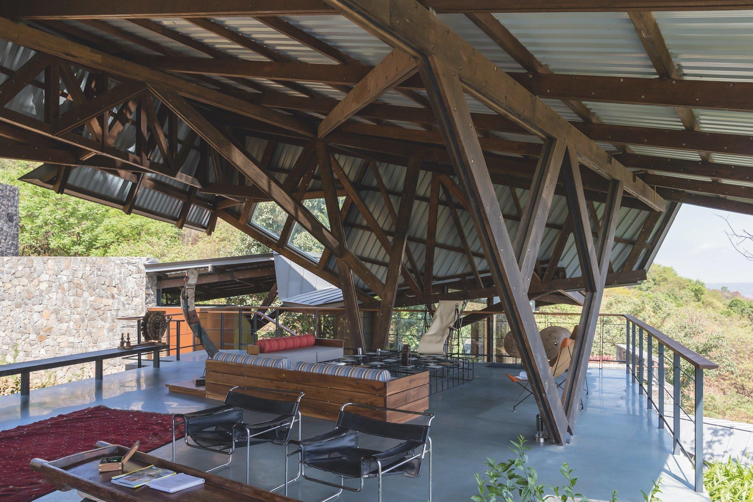 Na první pohled působí tato luxusní rezidence kaskádovitě položená v kopcovitém terénu jako moderní pevnost. Ve skutečnosti poskytuje velkolepé víkendové útočiště pro rodiny architektonického dua otec a syn - Kamal Malik a Arjun Malik, kteří jsou zároveň autoři tohoto projektu.