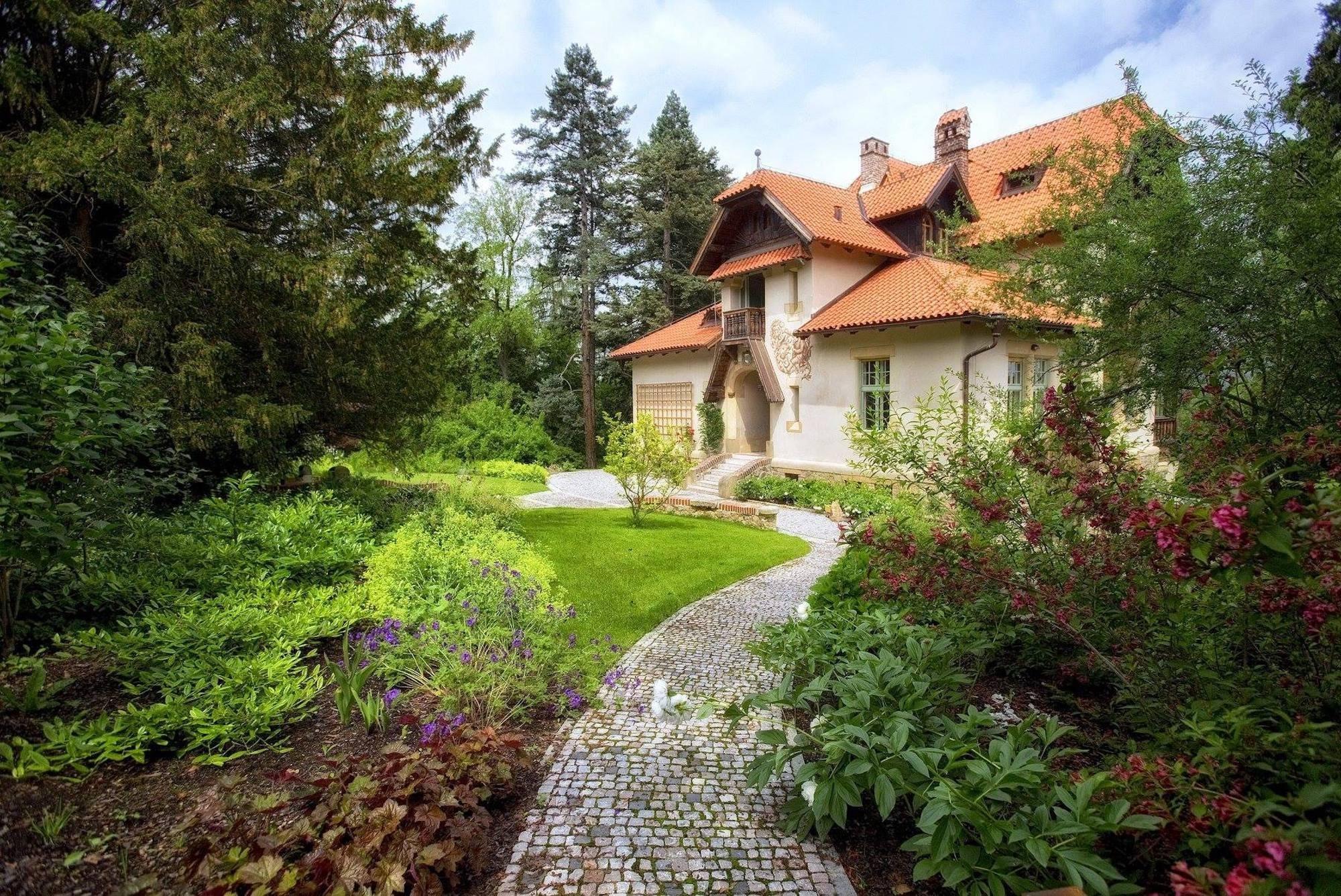 Vhodně navržené cesty, chodníčky, terásky a schody dodávají zahradě ten správný řád a romantický dotek. Dají se také nasvítit, čímž umožňují bezpečný pohyb po zahradě. Každá procházka po zeleném království je tak díky chodníčkům tím pravým požitkem. Navíc zjednoduší i každodenní zalévání, při kterém už nebude nutné balancovat uprostřed záhonu plného květin a zeleniny s kropáčem plným vody. Cesty a chodníčky hrají zkrátka v zahradě svou praktickou i estetickou roli.