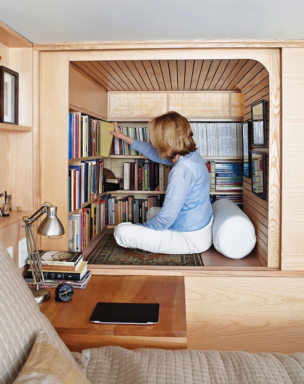 A co mini knihovna přímo v ložnici? Nezáleží na tom, jestli čtete raději v posteli nebo zachumlaní pod dekou ve svém koutku. Na první pohled, když jsou posuvná dřevěná dvířka zavřená, máte dojem, že je zde jen vestavěná skříň, ale po otevření Vás ohromí malá útulná knihovnička s posezením.