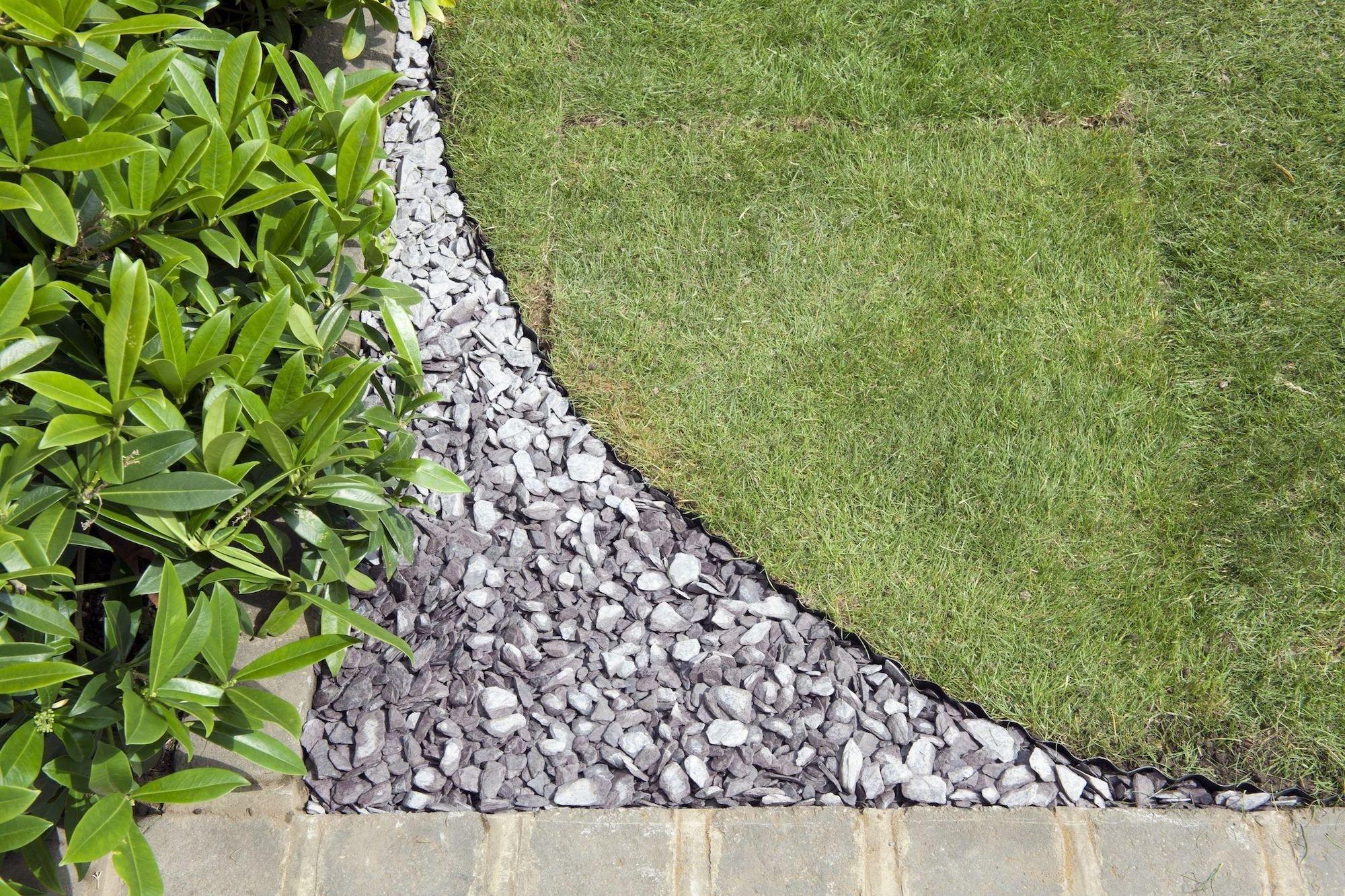 Současná doba fandí zakomponování přírodních prvků do interiéru i do zahrady. Spolu s ostatními materiály tak dostává šanci také břidlice, která zaujme nejen svým zajímavým přírodním vzhledem, ale i celou řadou pozitivních vlastností. Ty tam jsou tak časy, kdy se břidlice používalo výhradně jako střešní krytiny, v těch současných se uplatní v mnohem větší míře od zahradních cest až po obklady grilů.