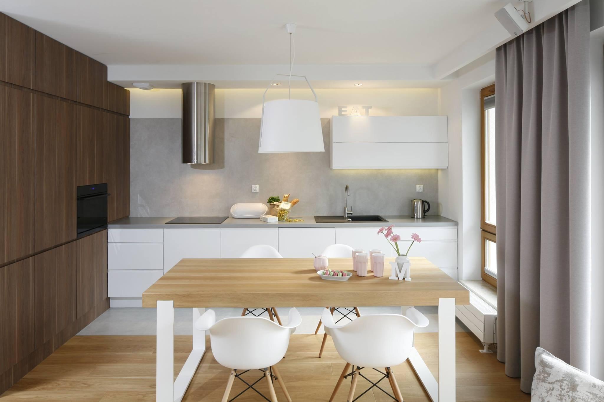 O tom, že i na malém prostoru může vzniknout působivý interiér plný originality a invence, vás přesvědčí Przemek Kuśmierek, designér prostorově skromného bytu v novostavbě. Ten nabízí příjemné útočiště v náručí bílé a šedé barvy, jejichž kompozici prohřívá přirozená krása dřeva.