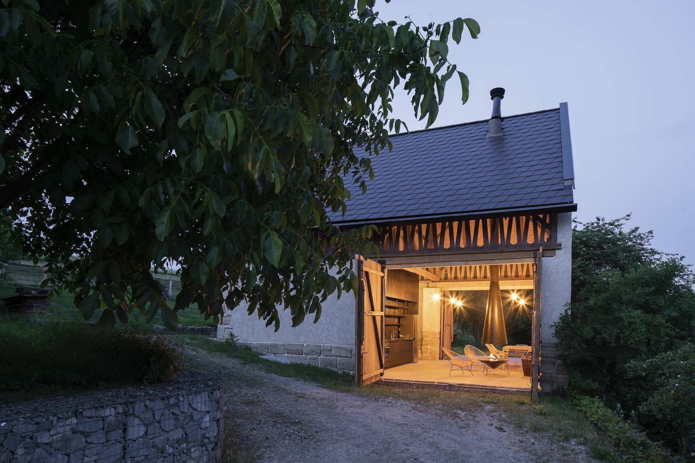 200 let stará stodola prošla rekonstrukcí a spojení interiéru s exteriérem. Velmi netradičním pojetím vznikl dům v domě a ze starého hospodářského stavení je stylová chalupa.