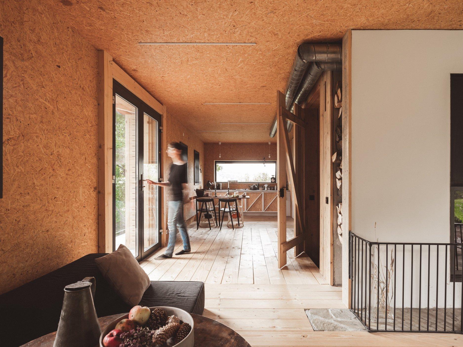 V půvabném prostředí vesnice Kasina Wielka na samém jihu Polska vyrostl naprosto kouzelný víkendový dům. Vzdává hold přírodním materiálům, tradici a minimalismu. Spolu s tradičními se v něm prolínají i moderní prvky. Své sympatie si získává jak nenáročností majitelů, tak vůní lesa a pohody.