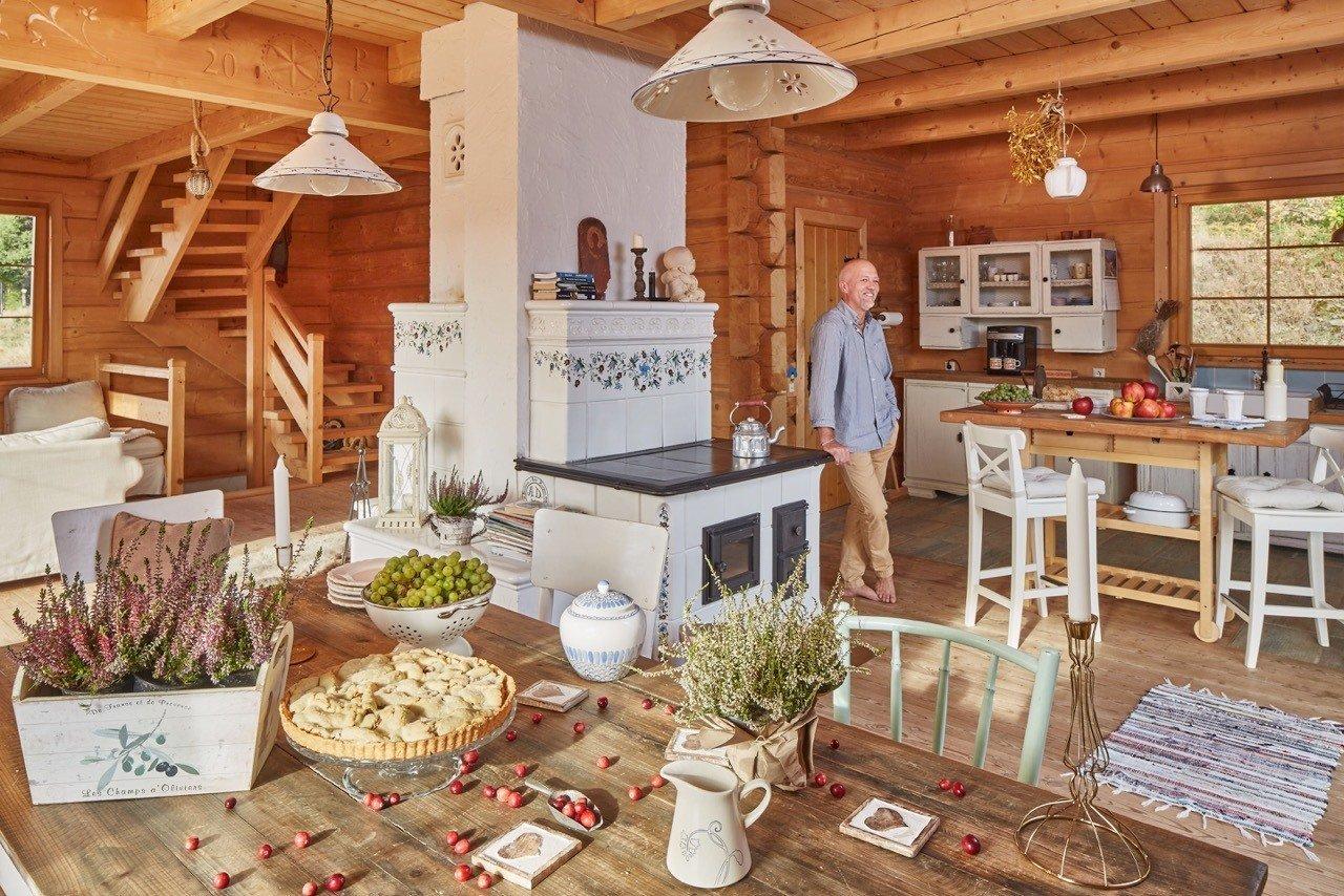 Na úpatí Slezských Beskyd si rodina postavila dům vonící dřevem. Interiér ve venkovském stylu krásně ladí s okolní krajinou a poskytuje milovníkům hor to pravé zázemí.
