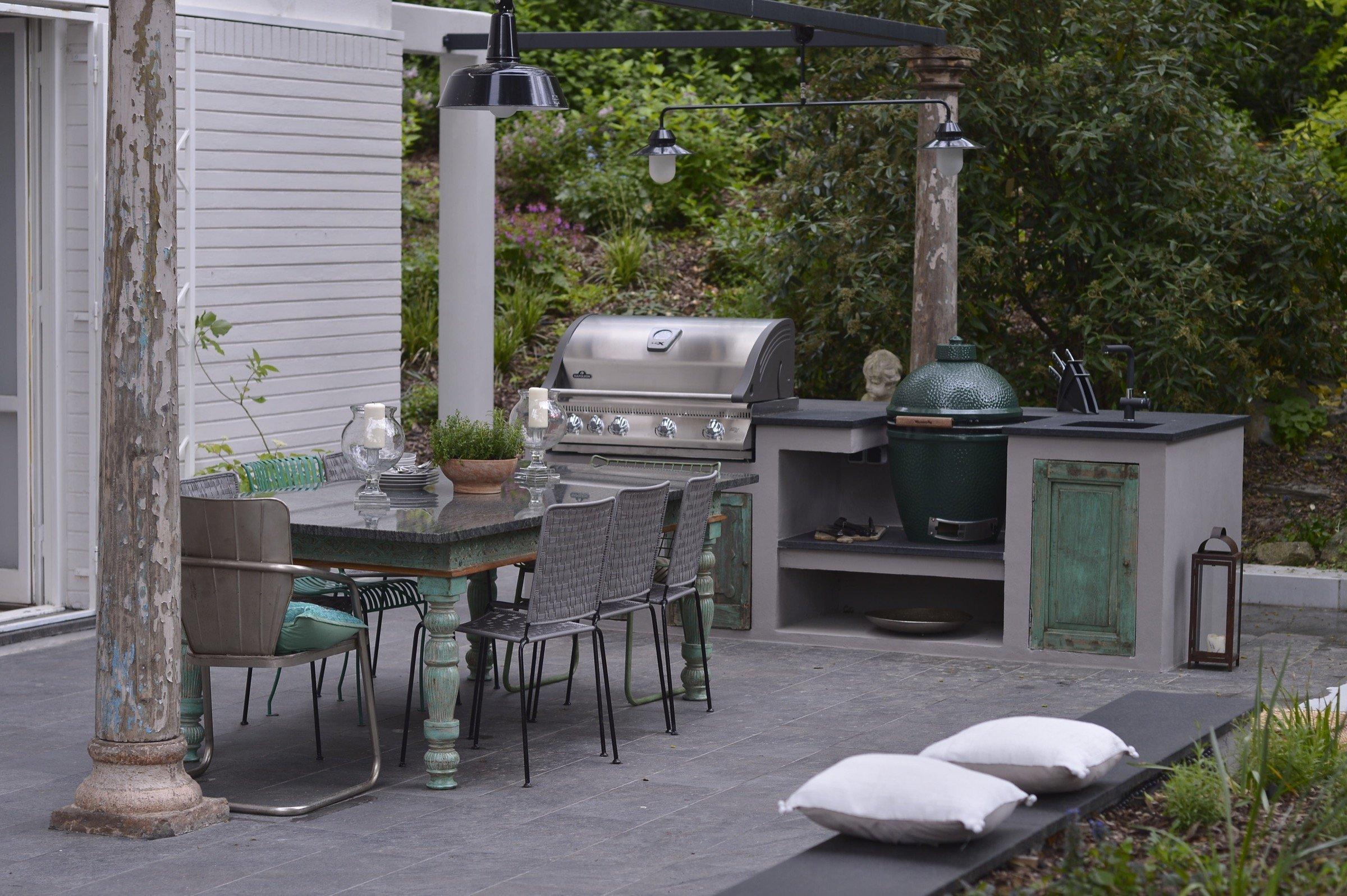 Teplé letní počasí svádí k trávení času na terase i v zahradě. To bývá často spojováno s gurmánskými zážitky. Pokud i vy toužíte po tom dopřát svým návštěvám přijetí plné pohodlí, chutí a vůní, je pro vás tou pravou volbou venkovní kuchyň. Jedna poněkud netradiční a navíc ve středomořském stylu se nachází dokonce v centru Prahy.