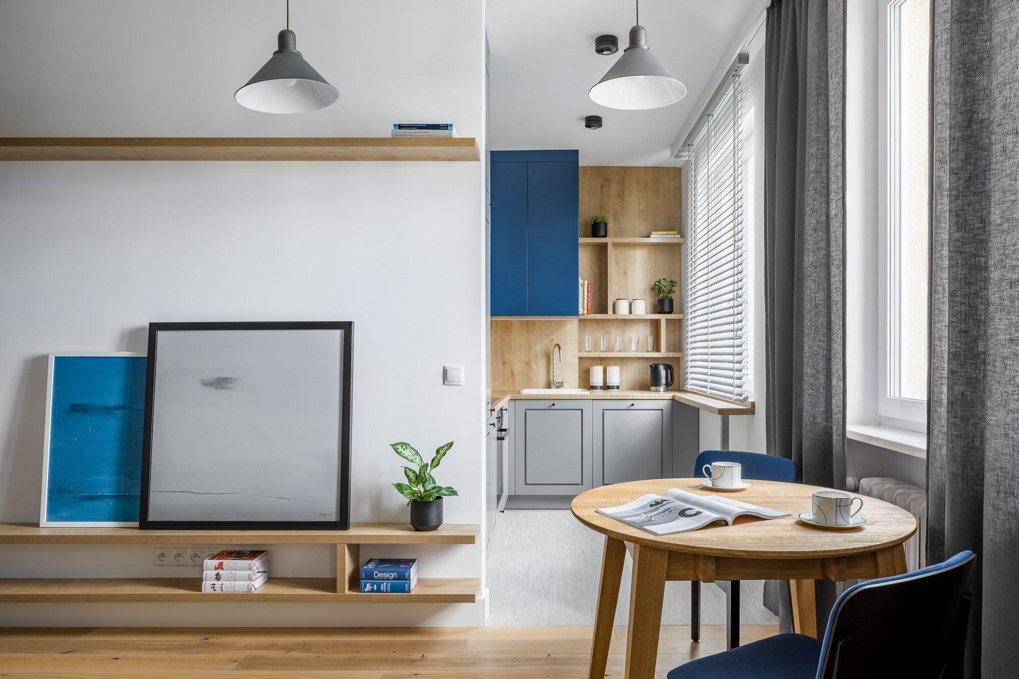 Několik stísněných místností nevyhovovalo majiteli bytu ve Varšavě, a tak se obrátil na profesionály ze studia 3XEL Architecti. Za splnění jeho snu doslova padlo několik zdí – a útulný pánský interiér byl na světě. Zaujme nejen modrými a žulovými odstíny, ale i praktičností, která jde ruku v ruce s estetikou.