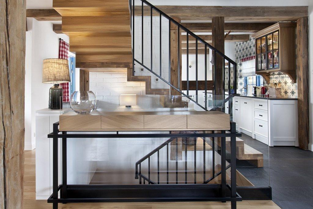 Dům na klíč, který ale musel projít rozsáhlou vnitřní rekonstrukcí, aby splnil požadavky velké rodiny. Dostatek vlastních pokojů a zároveň velké společné prostory. Dům s důrazem na dřevo a moderní venkovský styl vám vezme dech.