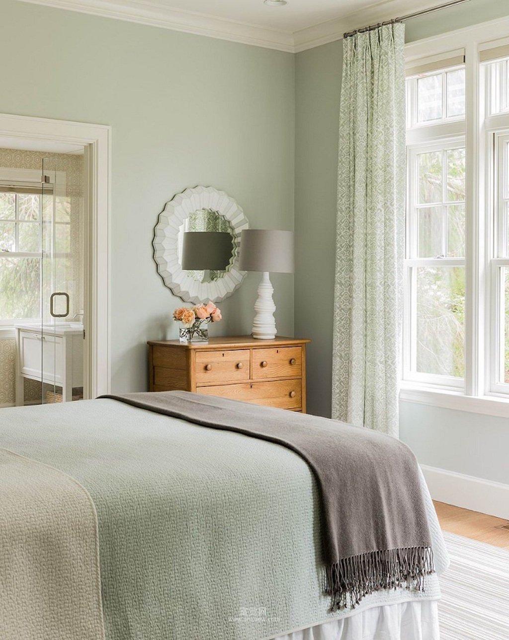 Zelená jako šalvěj, tzv. jadeitová - Tato tlumená zemitě zelená barva navozuje relaxační dojem. Jestli na Vás působí příliš maskulině, můžete ji zjemnit jemnými růžovými doplňky.