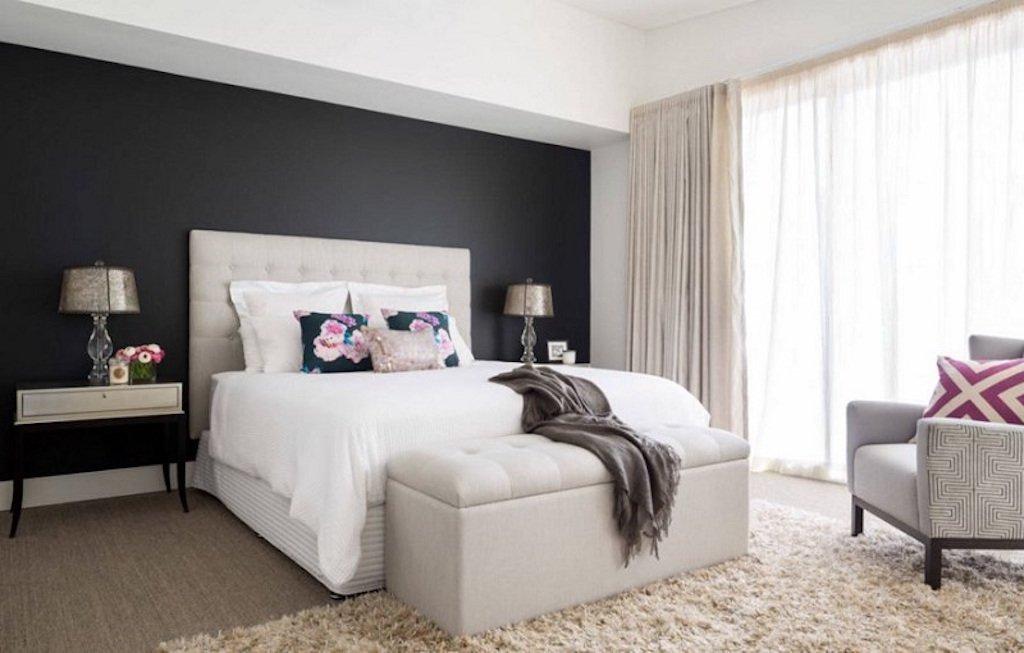 Černá - Nebojte se černých stěn! Ve správné kombinaci bílé a krémové působí luxusním dojmem.