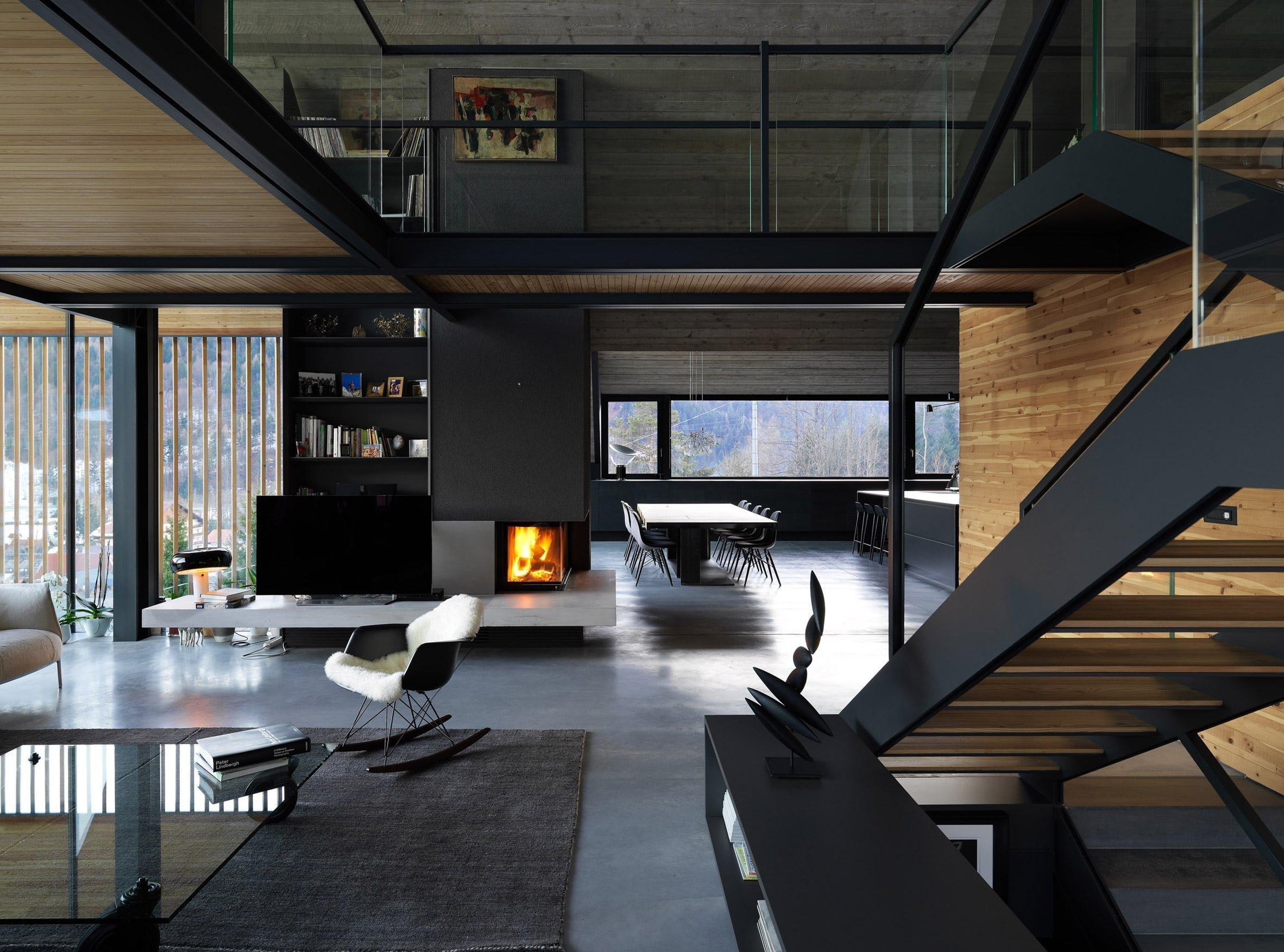 Atelier GEZA navrhl jedinečnou chalupu v italských Alpách, která kontrastuje s okolní krajinou. Exteriér ladí s interiérem, jednoduchý design kombinuje dřevo, kov s moderním nábytkem. V noci je působivým efektem prolínání světel lamp skrze dřevěné lamely. Realizovaný tmavý interiér je pro tento typ moderních interiéru velmi neobvyklý a stylový.