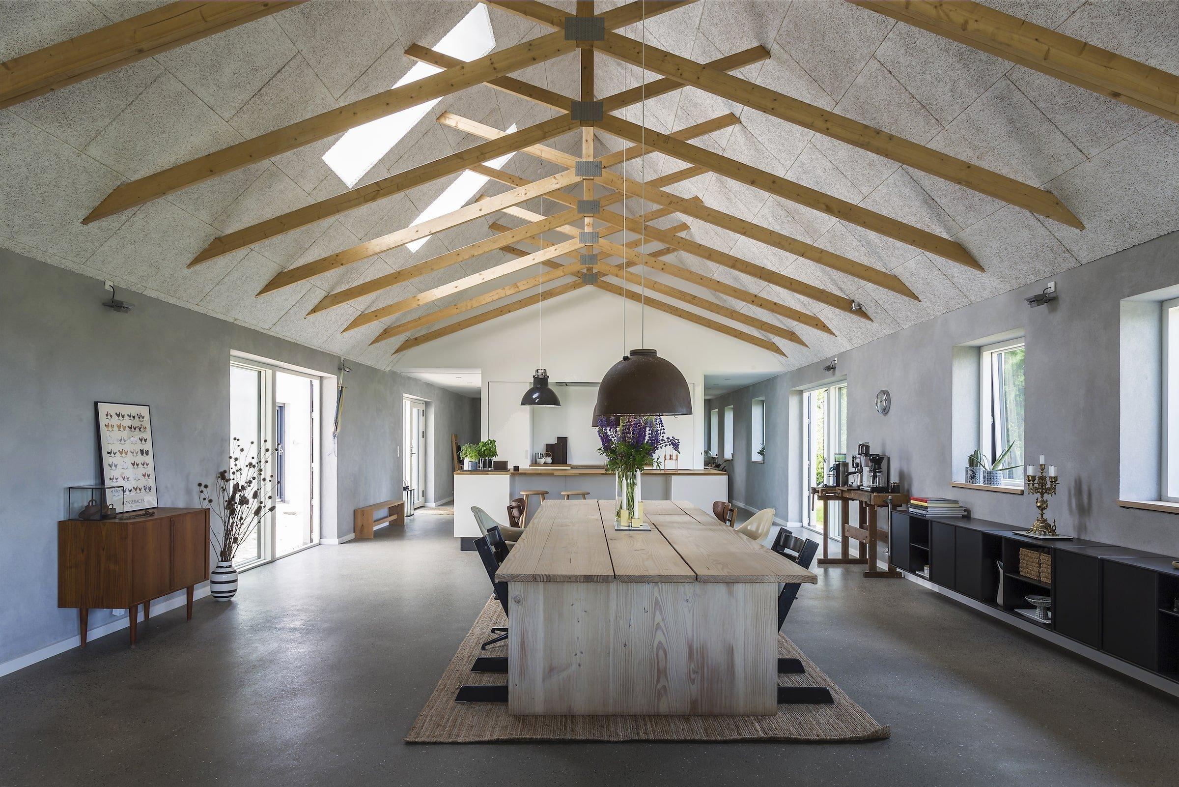 Původní stará farma, která byla několik let na prodej, dostala po celkové rekonstrukci moderní venkovský vzhled. V interiéru se snoubí betonová stěrka s krásou dřeva a úplnými výhledy do okolí.