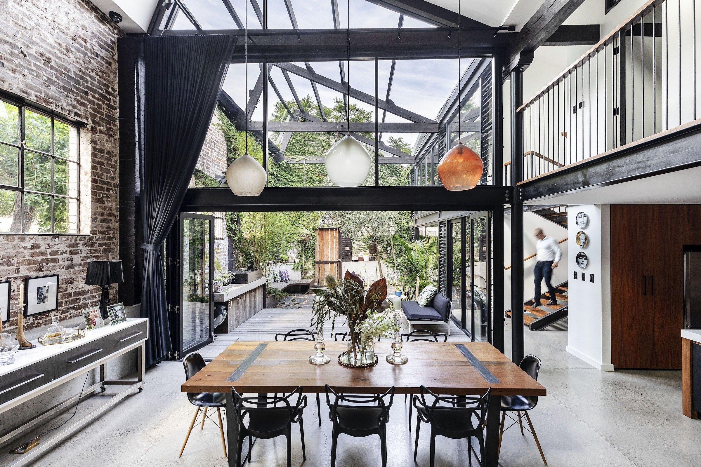 Vydejte se s námi na cesty a vychutnejte si koktejl plný inspirace! Při našich toulkách architekturou navštívíme tentokrát osobitý interiér v Sydney, ve kterém se drsné industriální prvky mísí s hřejivým stylem ze severu. Pro někoho divočina, pro nás energický interiér říznutý atmosférou průmyslových továren i uměleckých galerií.