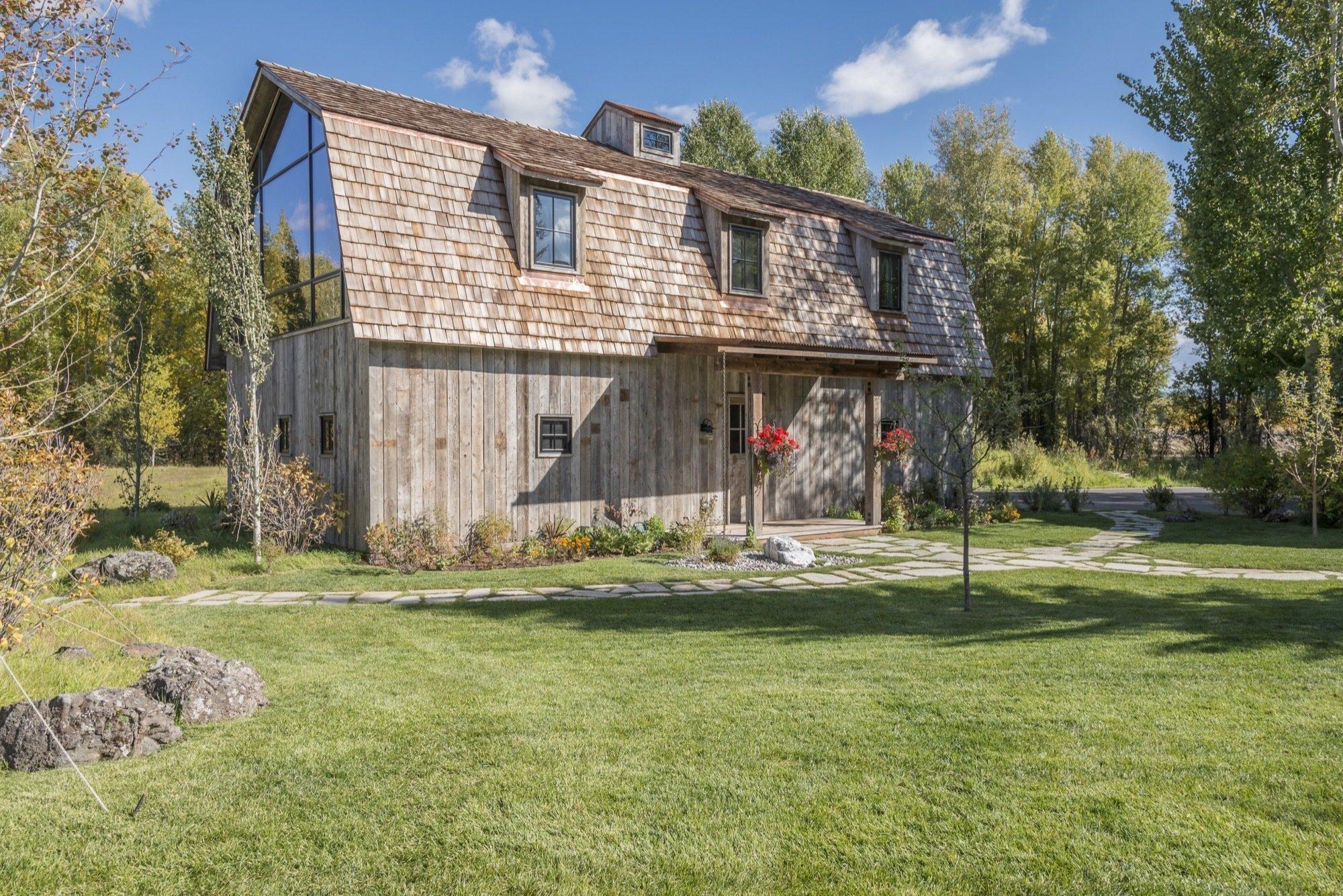Spojení moderního stylu v původní rustikální stodole? Podívejte se na úžasnou proměnu staré stodoly s velkým překvapením v prvním patře a retro garáží plné skvostů.