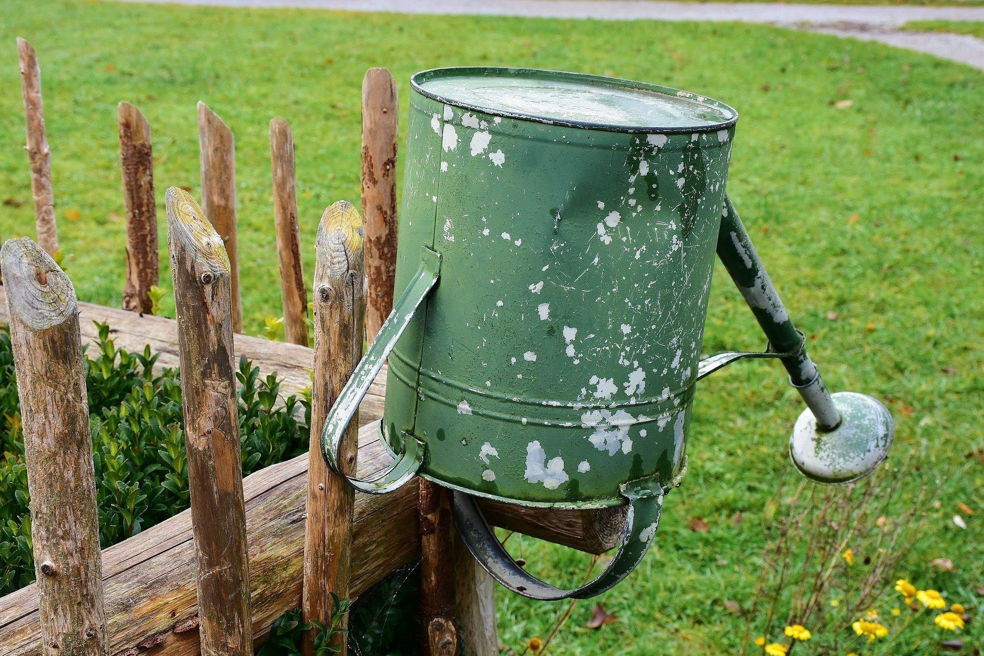 Další suché období je za námi a zdá se, že s úbytkem vody v krajině už si neporadí ani sněhová nadílka či jarní tání. Na pomoc tak přichází Dešťovka, dotační program Ministerstva životního prostředí. Ten se vedle rodinných domů nově vztahuje také na celoročně obývané chalupy a chaty, jejichž majitelům nabízí dotaci v hodnotě až 105 000 Kč, která má motivovat k efektivnímu využití dešťové vody.