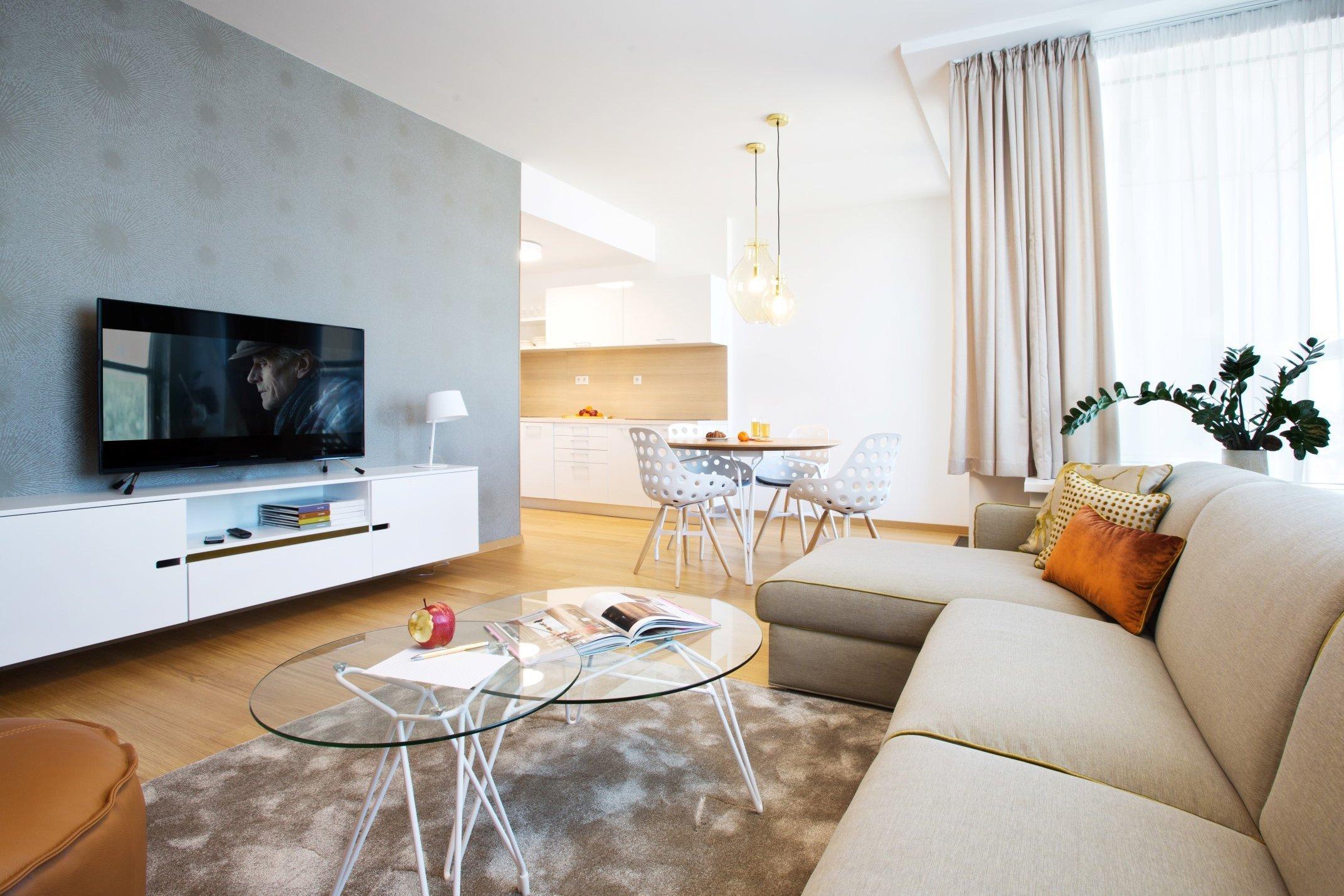 Na třicátém poschodí nového domu na nábřeží Bratislavy se nachází atraktivní byt plný světla a příjemných odstínů barev. Originální vybavení a inspirativní výhledy do okolí umocňují jeho krásu, jež přitom spočívá v absolutní přirozenosti.