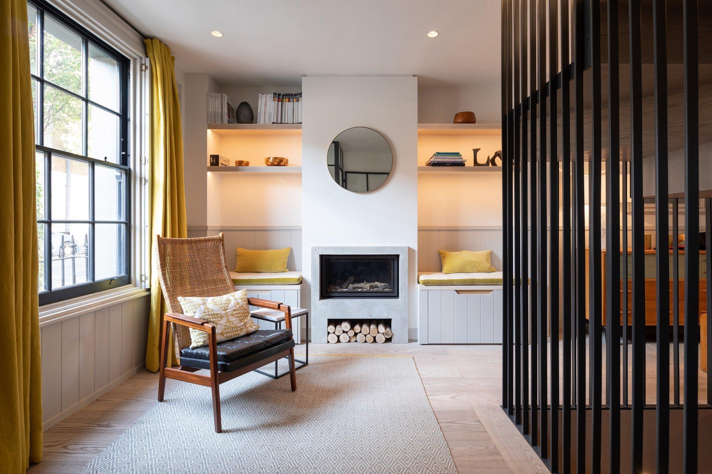 Stačí důmyslné řešení a řadový dům může majitelům poskytovat prostorné komfortní bydlení. Řadovka v Anglii má po rekonstrukci místo sklepa kuchyni s jídelnou a proskleným stropem.
