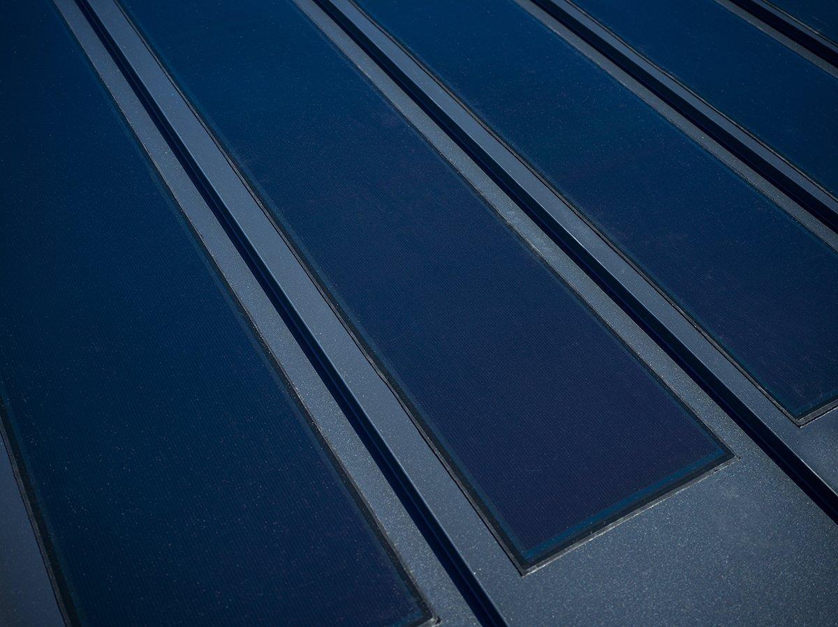 Účinným, ale nepříliš estetickým fotovoltaickým panelům, roste nová konkurence. Na český trh byl totiž uveden speciální střešní systém Lindab SollarRoof, který má v sobě integrovány vysoce účinné, ale i absolutně nenápadné sluneční panely vyrábějící energii.