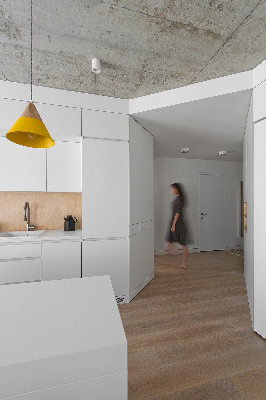 Také kuchyň je vyrobená ve stejném duchu jako ostatní nábytkové stěny.