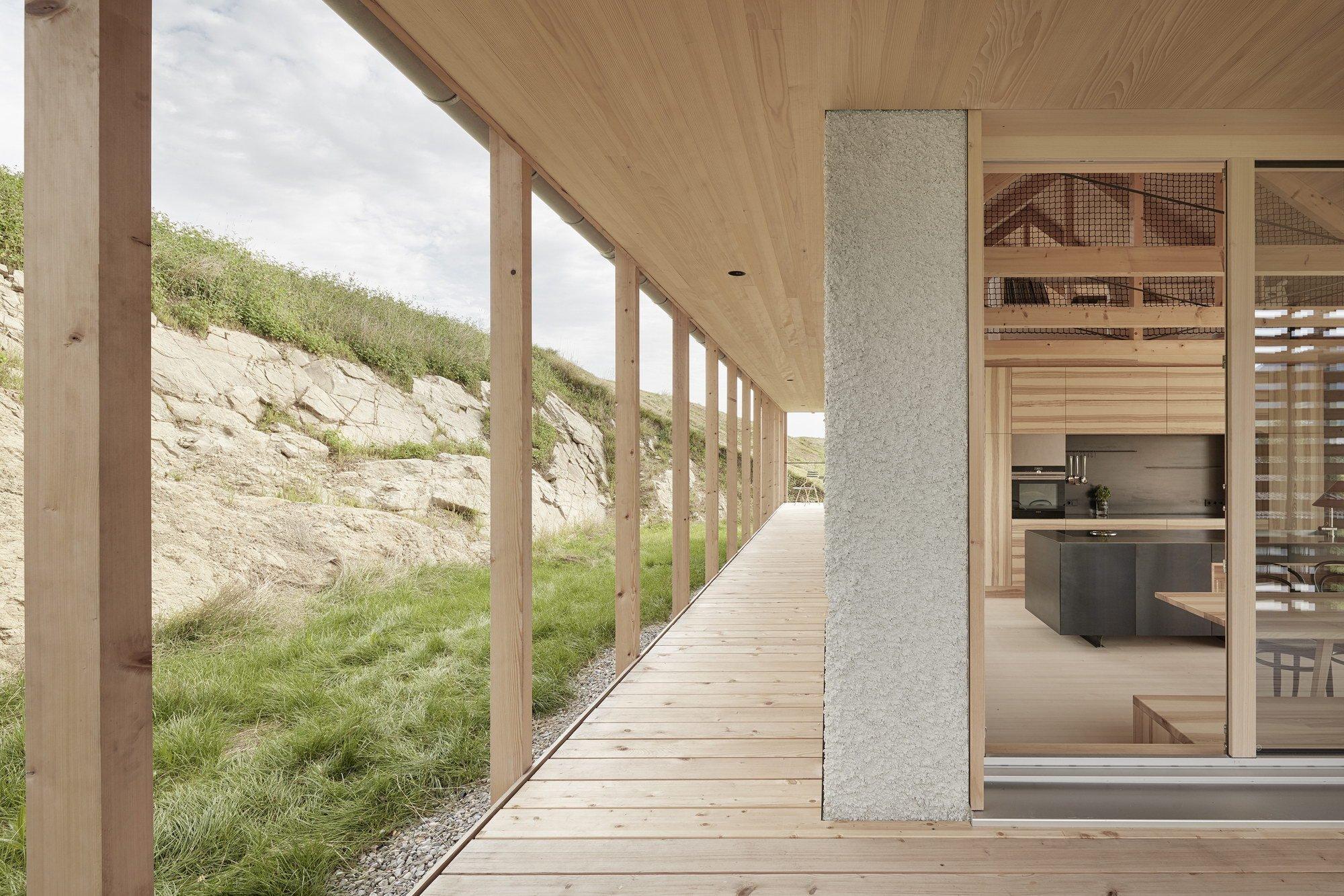 Beton a dřevo: Minimalistický dům ve strmém kopci