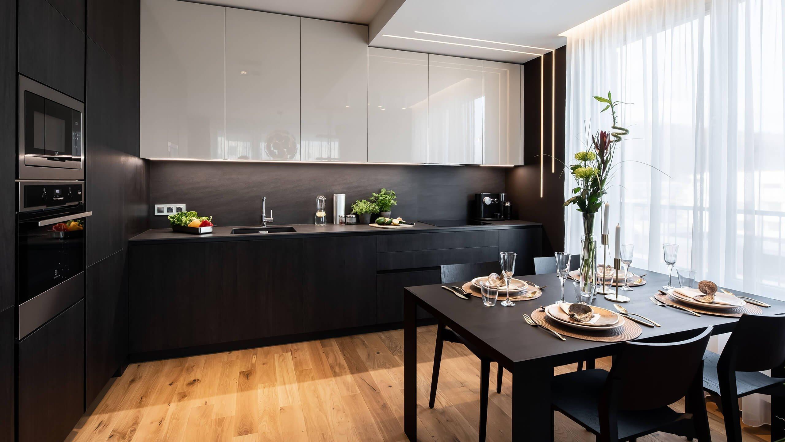 Vzorový byt v Rezidenci Waltrovka je důkazem toho, že i tmavý interiér může působit útulně a elegantně. Kráčí tak proti proudu českých interiérů, ve kterých převažuje bílá barva. Za svůj luxusní vzhled přitom vděčí mimo jiné kvalitním materiálům a atypickým prvkům, které spoludotvářejí osobitý charakter interiéru.